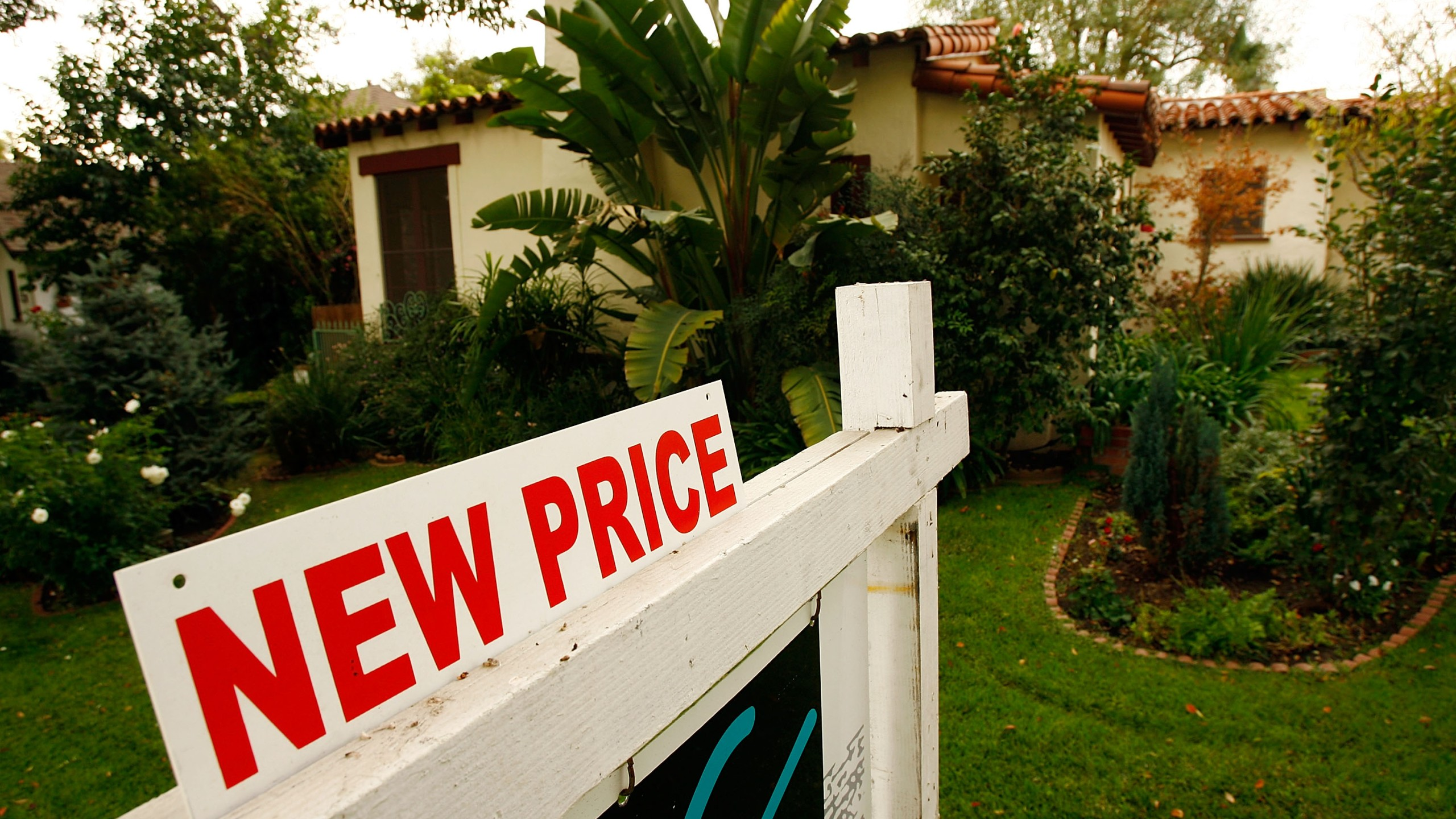 A new price sign sits in front of a house on Nov. 27, 2007 in Glendale. (Credit: David McNew/Getty Images)