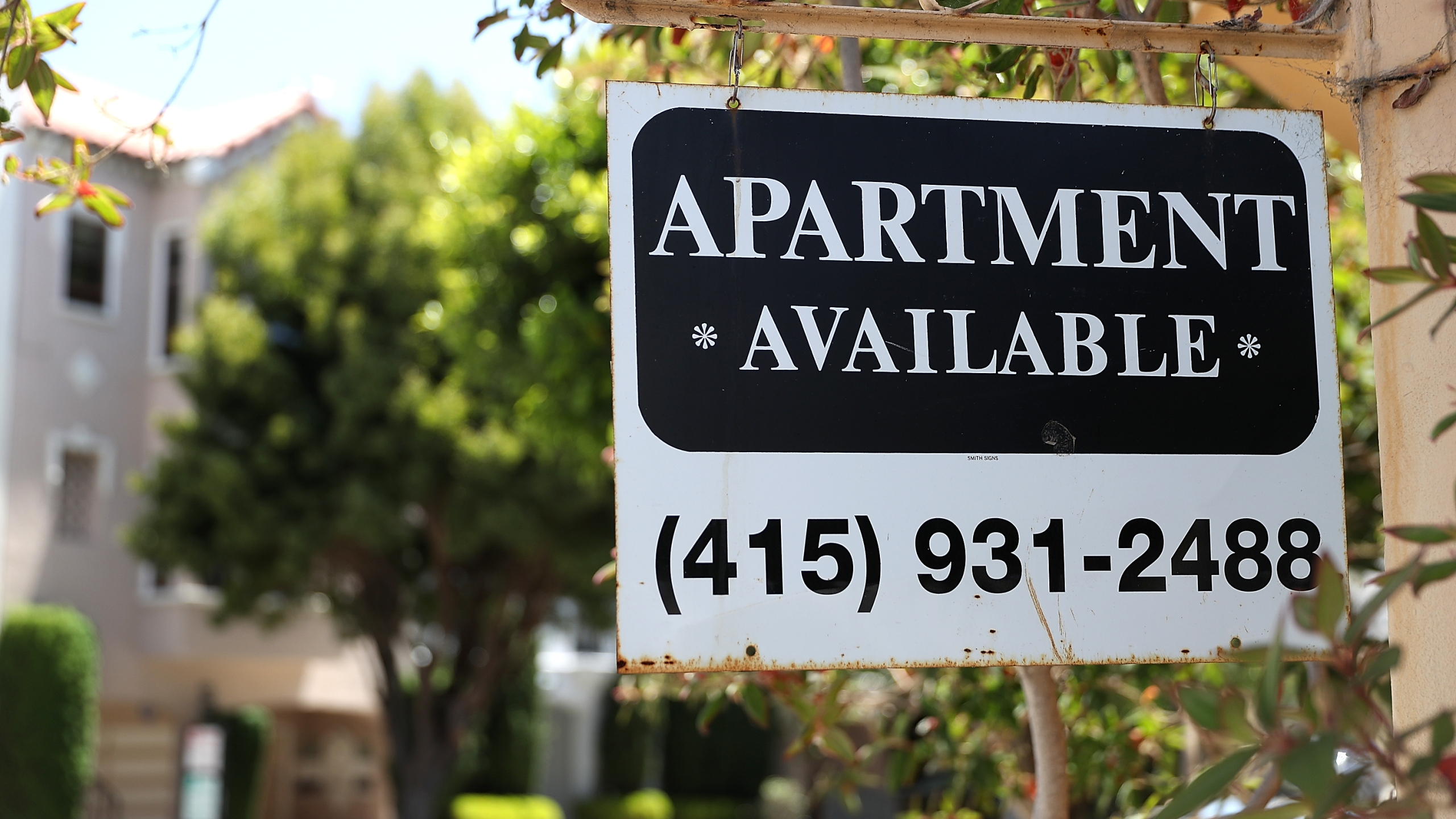 A rental vacancy sign is posted in front of an apartment in San Francisco on June 13, 2018. (Credit: Justin Sullivan / Getty Images)