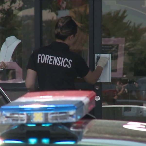 Police investigate a robbery at a Don Roberto Jewelers in Buena Park on May 30, 2019. (Credit: KTLA)