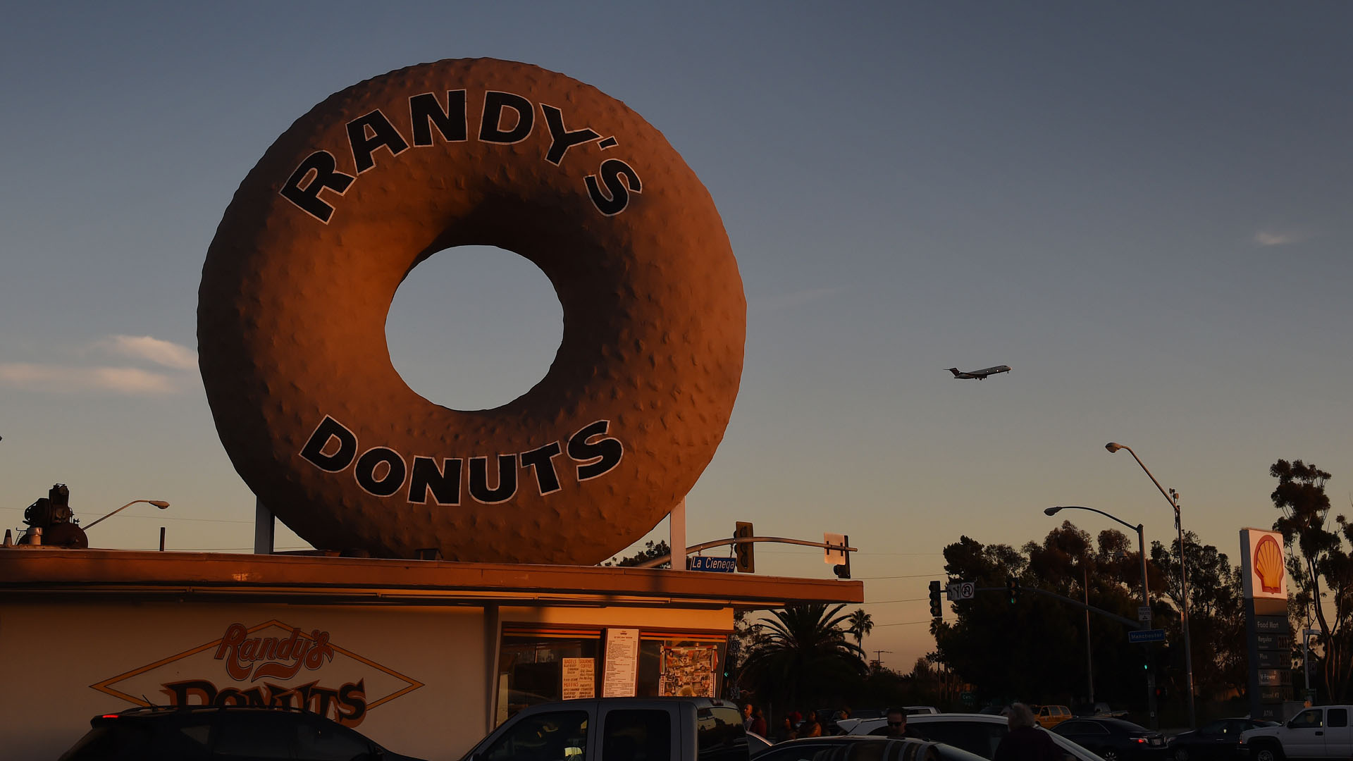 A Randy's Donuts shop is seen in the city of Inglewood on Jan. 24, 2016. (Credit: Mark Ralston/AFP/Getty Images)