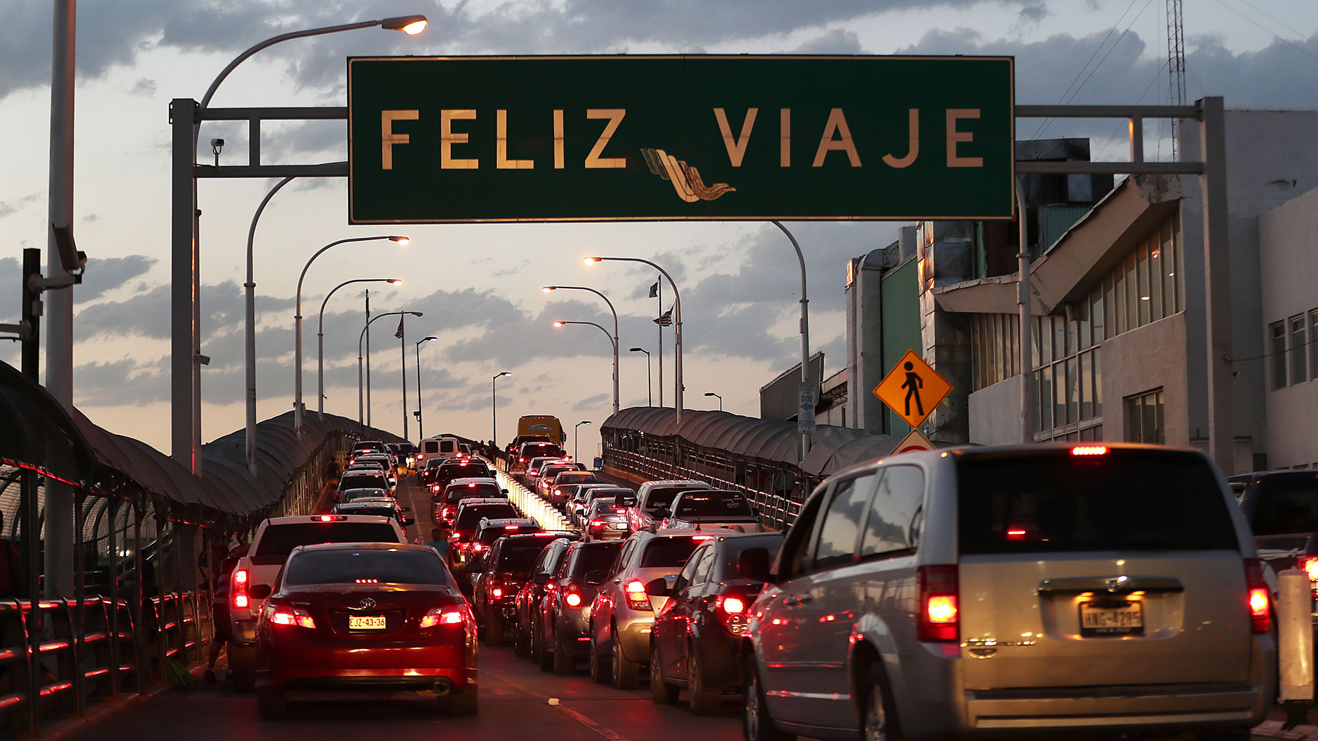 A sign reads, 'happy travels' in Spanish as traffic heads towards the United States on the Paso Del Norte Port of Entry bridge on June 02, 2019 in Ciudad Juarez, Mexico. Recently United States immigration officials have seen a surge in the number of asylum seekers arriving at the border from Mexico.(Credit: Joe Raedle/Getty Images)