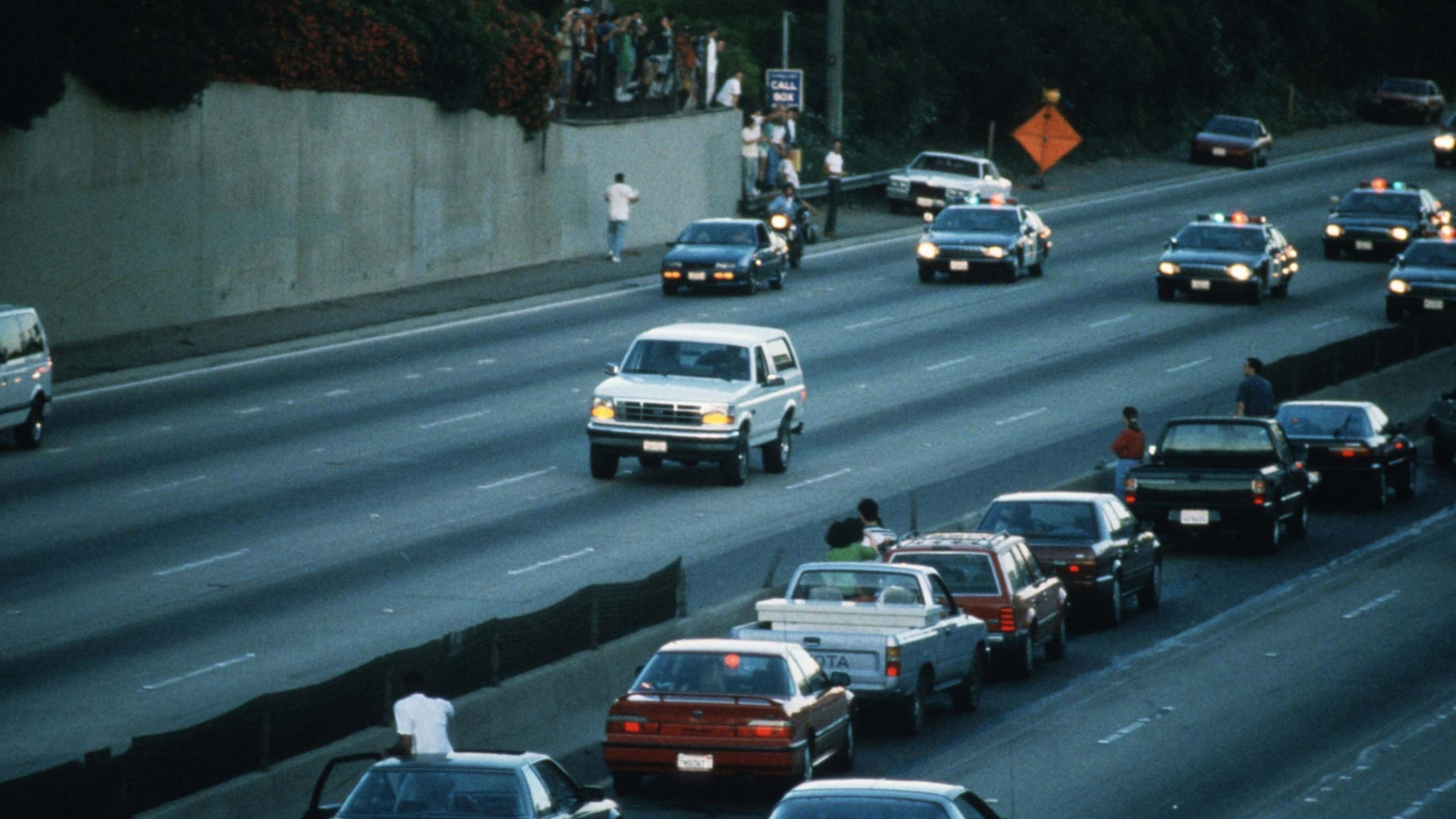 Motorists stop and wave as police cars pursue the white Ford Bronco on June 17, 1994. (Credit: Jean-Marc Giboux/Liason/Getty)