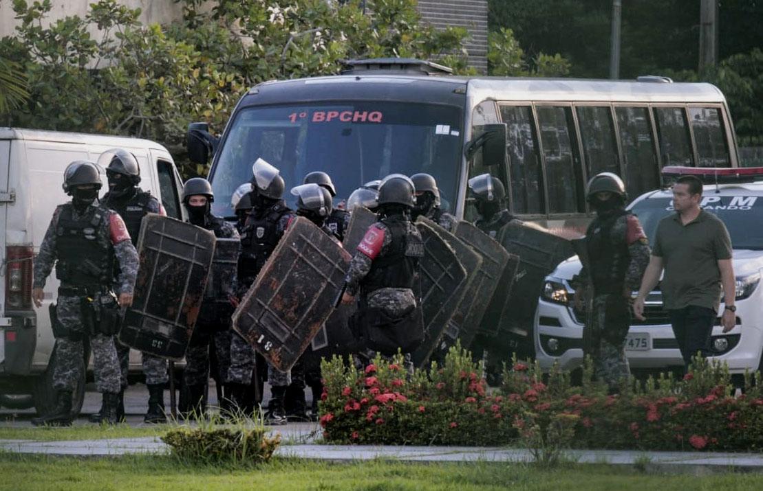 Brazilian riot police prepare to invade the Puraquequara Prison facility at Bela Vista community, Puraquequara neighborhood at the city of Manaus, Amazonas state on May 27, 2019. (Credit: SANDRO PEREIRA/AFP/Getty Images)