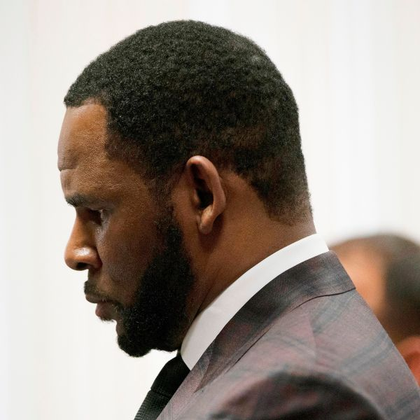 Singer R. Kelly, center, appears at a hearing before Judge Lawrence Flood at Leighton Criminal Court Building, on June 26, 2019. (Credit: E. Jason Wambsgans / / AFP / Getty Images)