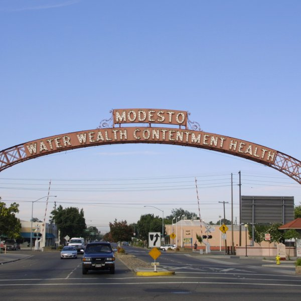 The archway leading into the city of Modesto is seen on July 5, 2001. (Credit: Jason Kirk / Getty Images)