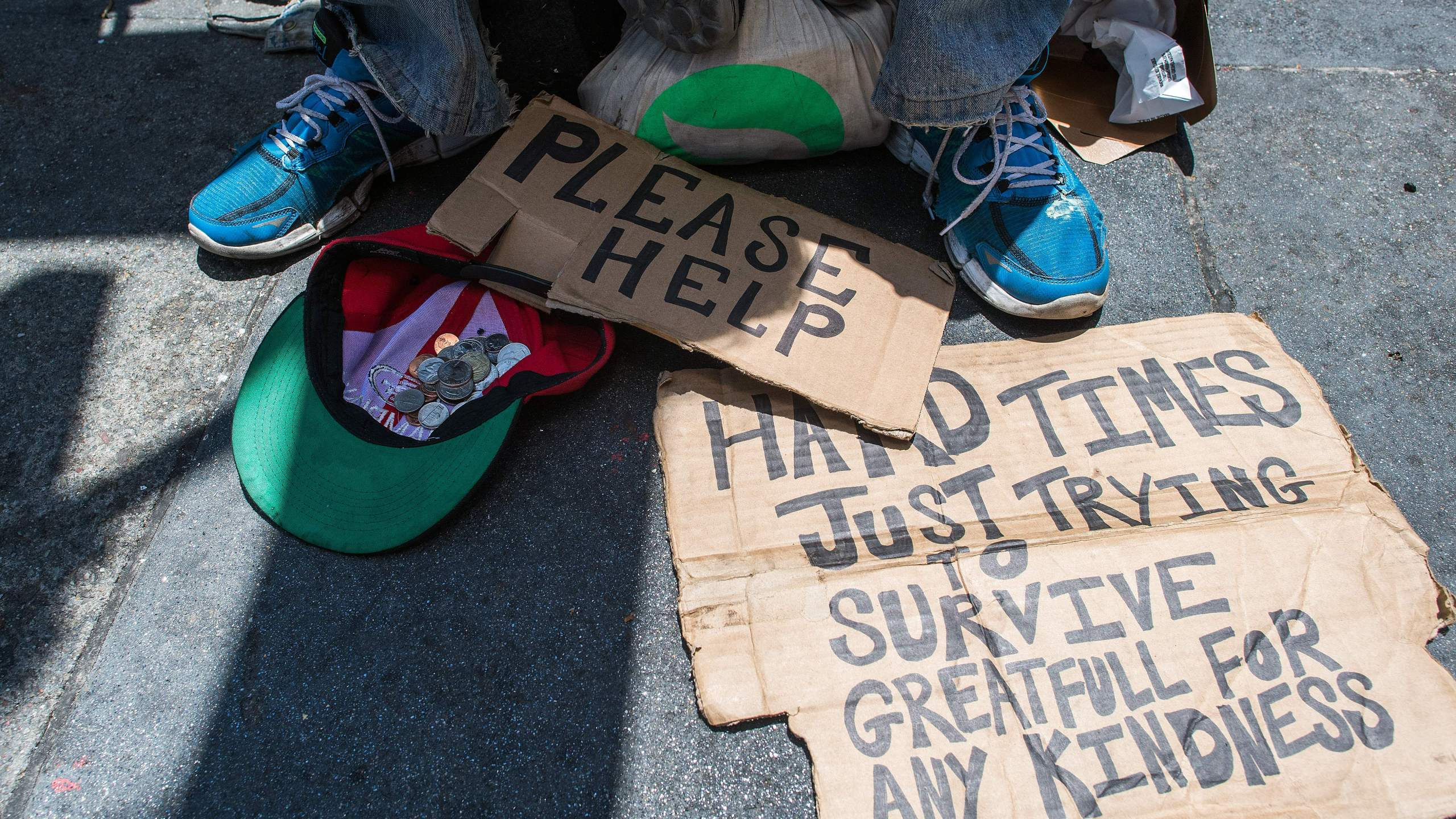 Andrew Loy begs along a sidewalk in downtown San Francisco, on June, 28, 2016. (Credit: JOSH EDELSON/AFP/Getty Images)