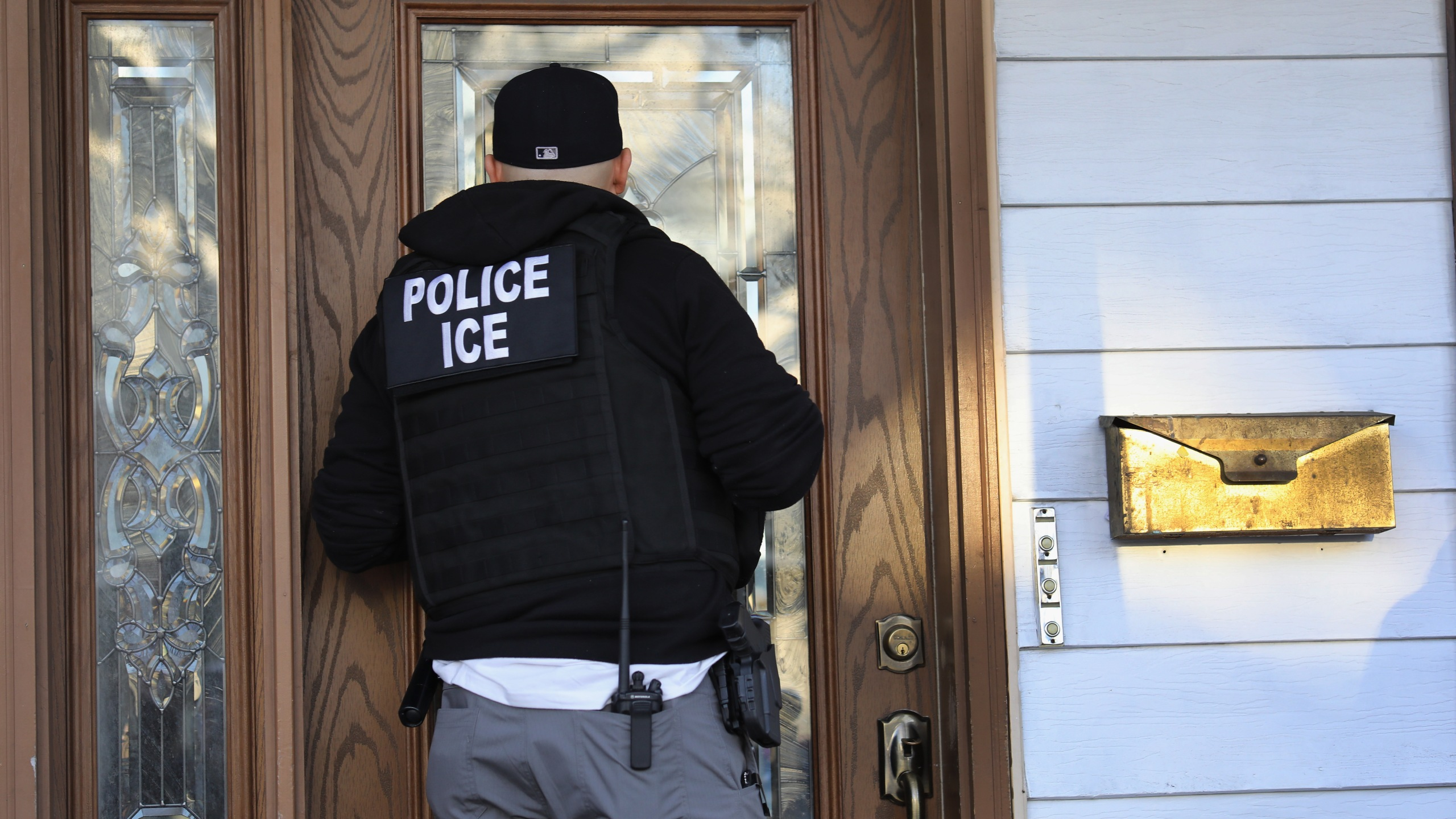 A U.S. Immigration and Customs Enforcement officer arrives to a Flatbush Gardens home in search of an undocumented immigrant on April 11, 2018, in the Brooklyn borough of New York City. (Credit: John Moore/Getty Images)