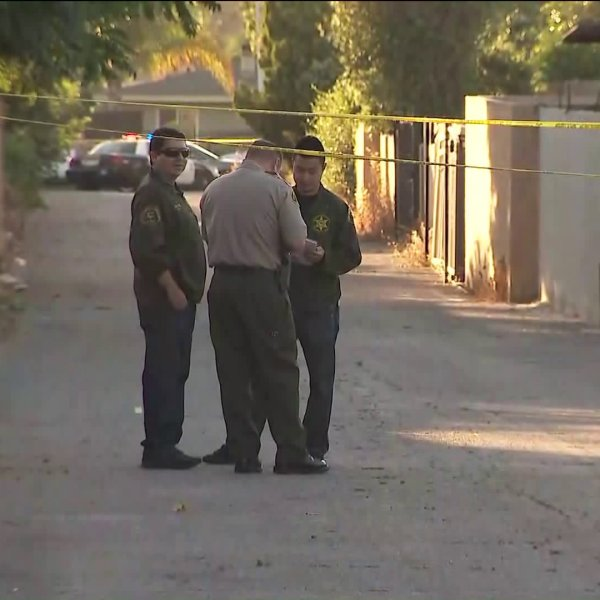 Deputies investigate the scene of a deadly shooting in an alley near Hacienda Boulevard and Temple Avenue in La Puente on July 1, 2019. (Credit: KTLA)