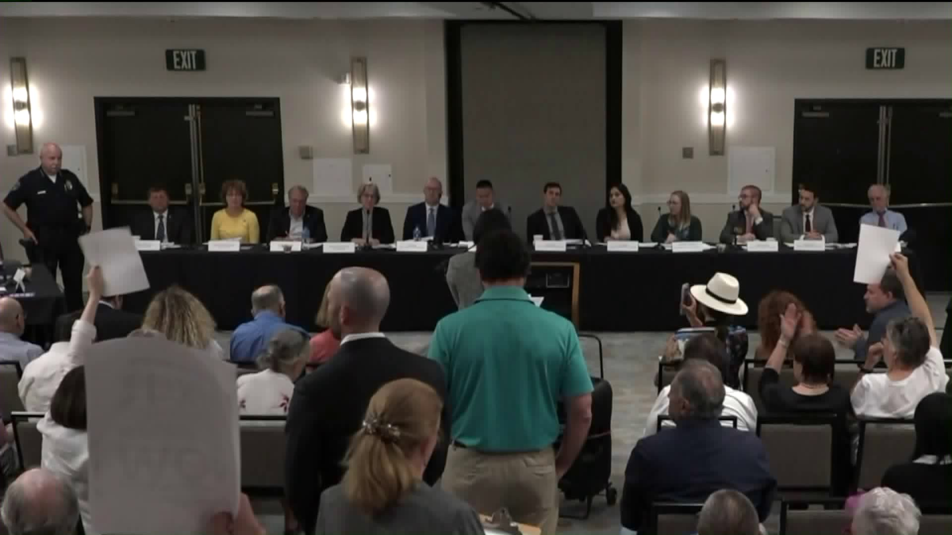 Burbank residents discuss noise issues at Bob Hope Airport with FAA officials at a meeting on Aug. 28, 2019. (Credit: KTLA)