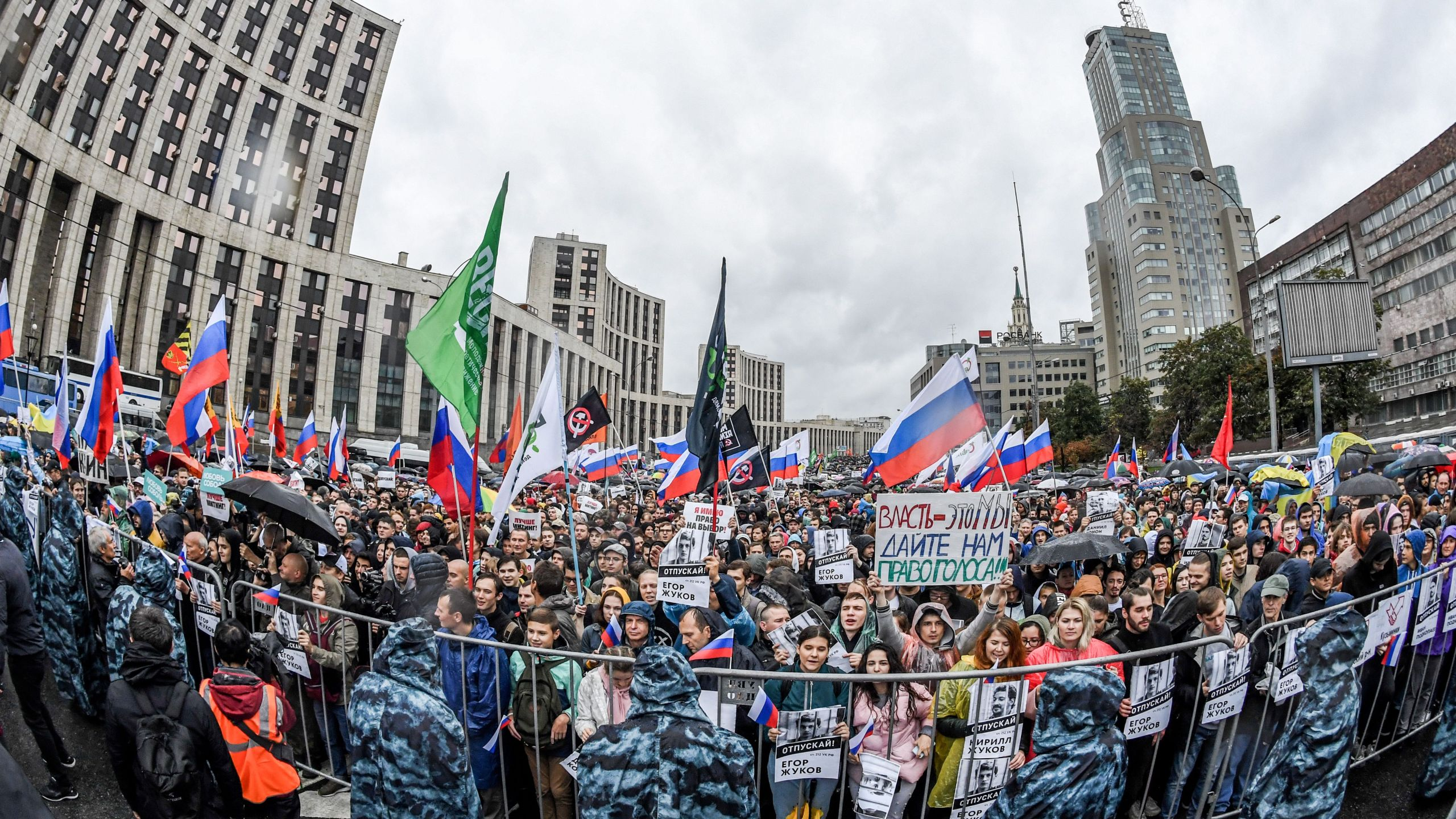 Protesters attend a rally in central Moscow on August 10, 2019 after mass police detentions. (Credit: YURI KADOBNOV/AFP/Getty Images)