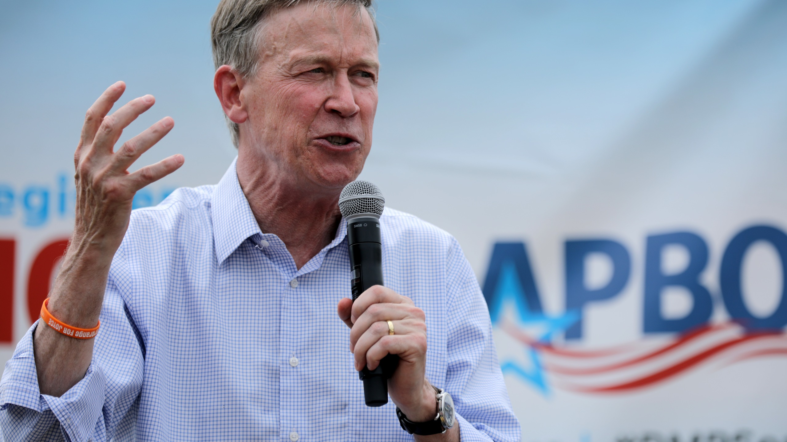 Democratic presidential candidate and former Colorado Governor John Hickenlooper delivers a campaign speech at the Iowa State Fair in Des Moines on Aug. 10, 2019. (Credit: Chip Somodevilla/Getty Images)