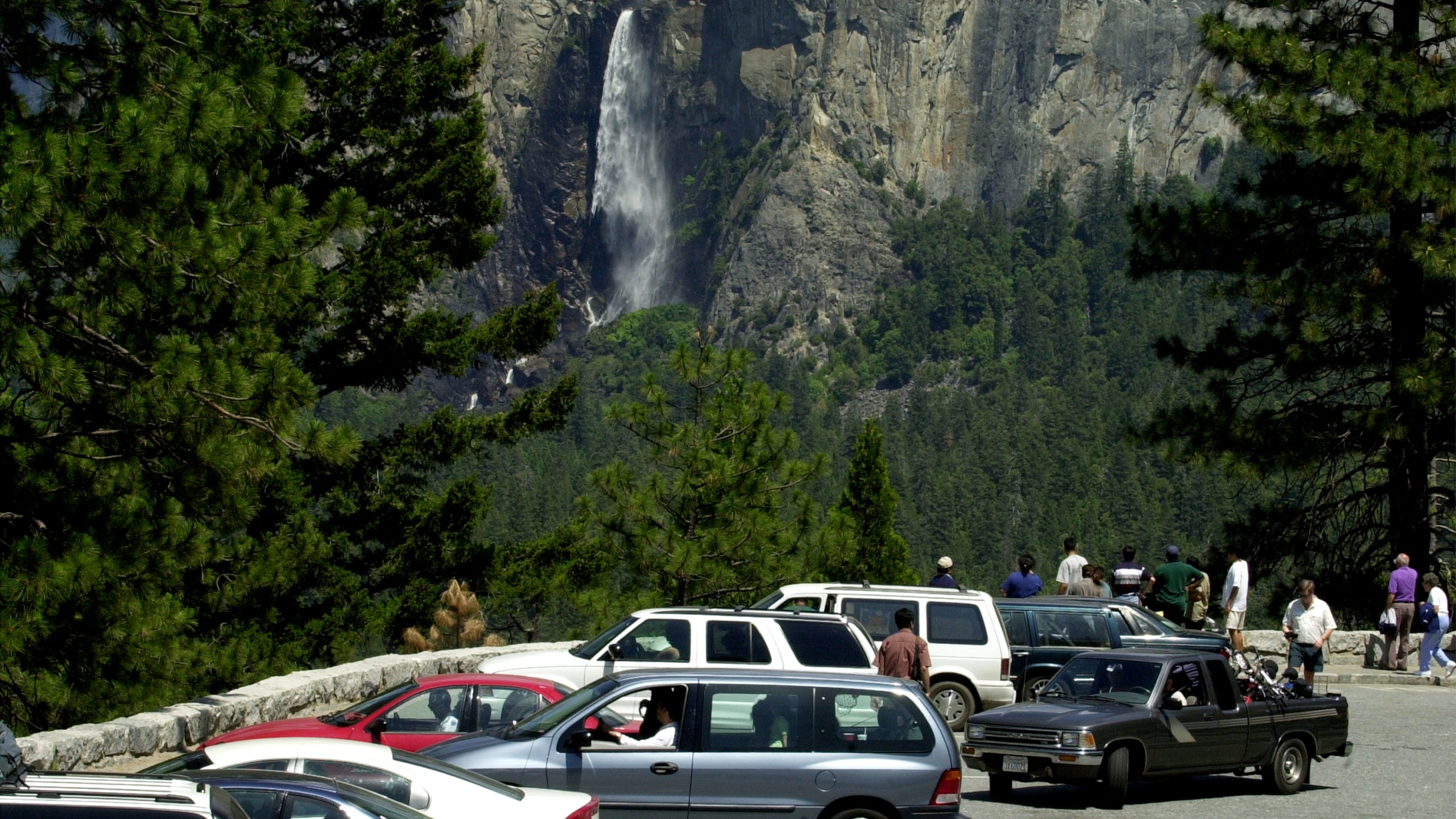 Bridalveil Falls is seen from a packed parking lot on June 16, 2000, in Yosemite National Park. (Credit: David McNew /Newsmakers via Getty Images)