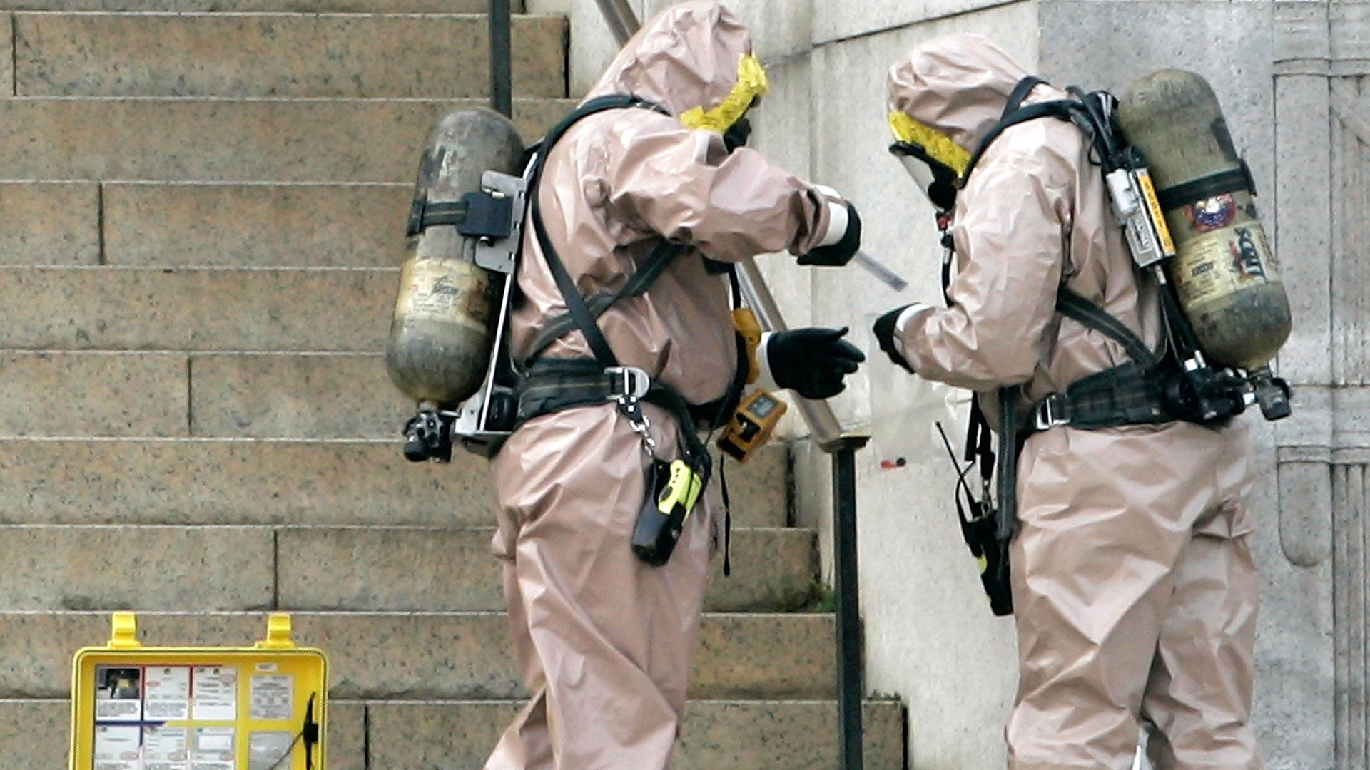 Emergency workers dressed in hazardous materials suits inspect suspicious material at the Lincoln Memorial after suspicious liquids and an envelope were discovered Nov. 27, 2006 in Washington, DC. (Credit: Alex Wong/Getty Images)