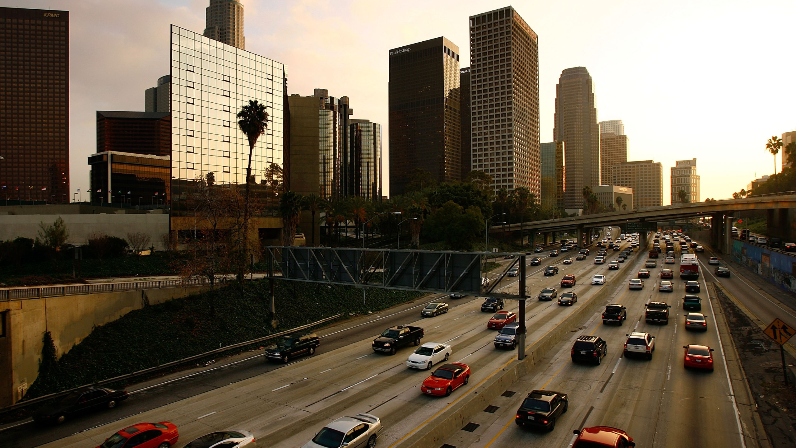 Commuters fill the 110 Freeway near downtown Los Angeles during rush-hour on Jan. 9, 2008. (Credit: David McNew / Getty Images)