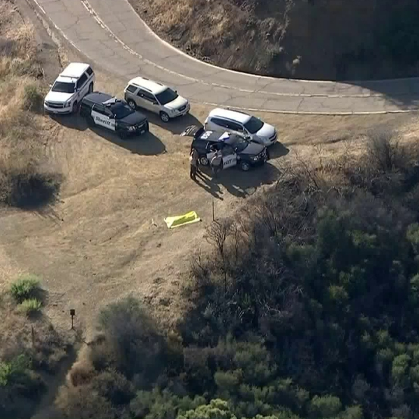 Authorities respond to investigate the death of a hiker in the Santa Monica Mountains on Aug. 6, 2019. (Credit: KTLA)