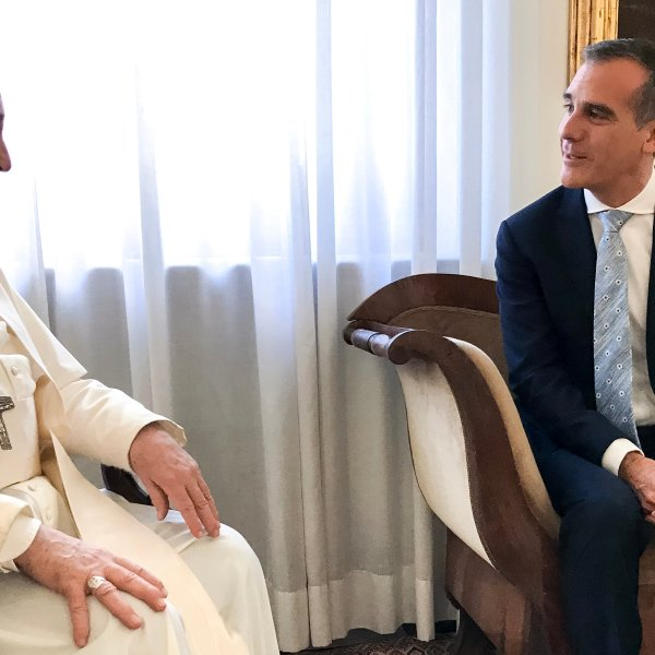 Mayor Eric Garcetti meets with Pope Francis on Aug. 9, 2019 at the Vatican. (Credit: Twitter.com/@MayorOfLA)