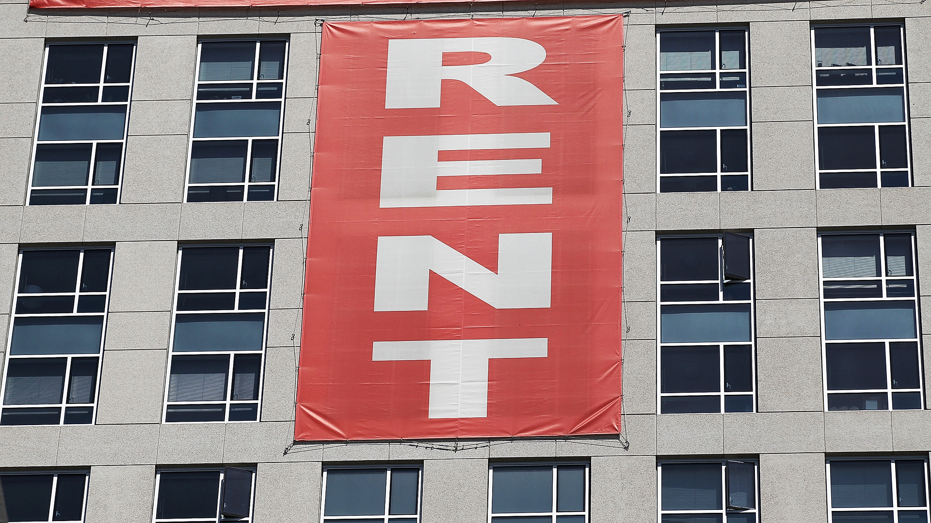 """A large """"rent"""" banner is posted on the side of an apartment building on June 15, 2012 in San Francisco, California. (Credit: Justin Sullivan/Getty Images)"""