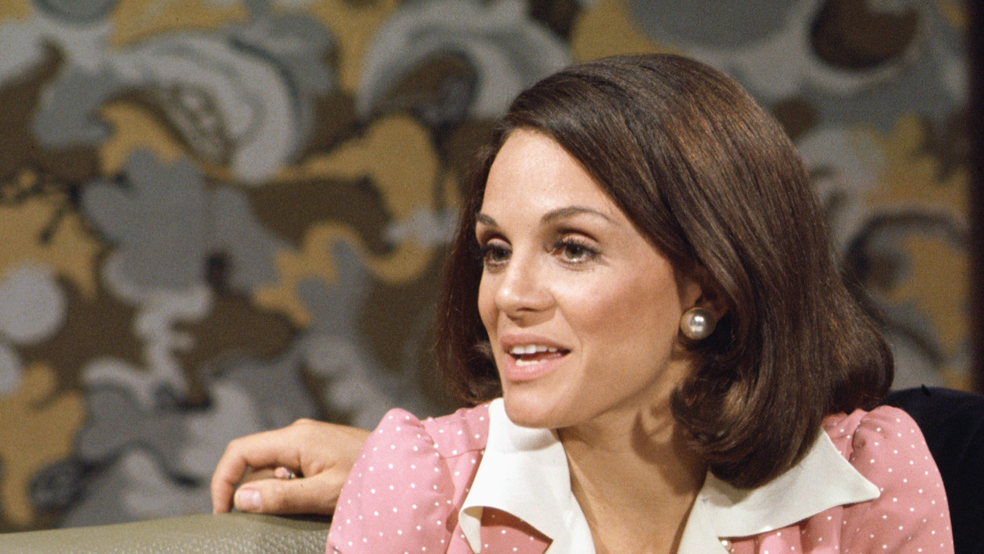 """Valerie Harper as Rhoda Morgenstern in the TV show """"Rhoda"""" in 1975. (Credit: CBS Photo Archive/Getty Images)"""