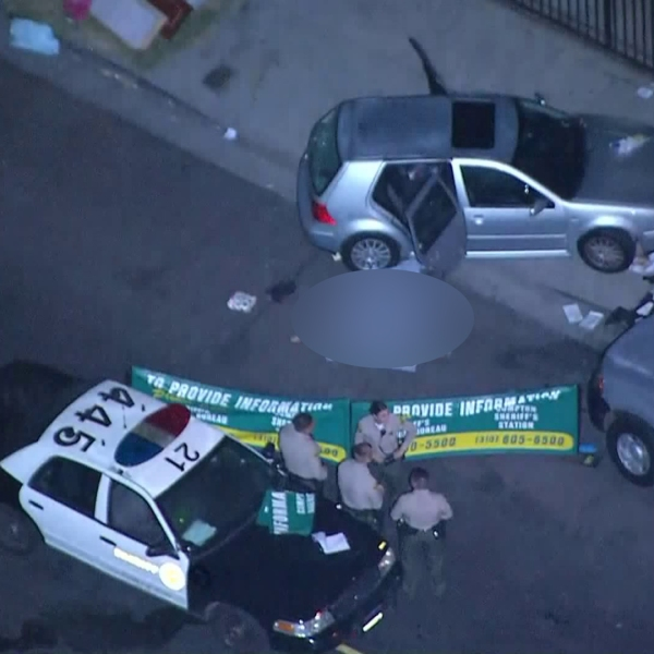 Deputies respond to investigate a fatal shooting in South Los Angeles on Aug. 14, 2019. (Credit: KTLA)