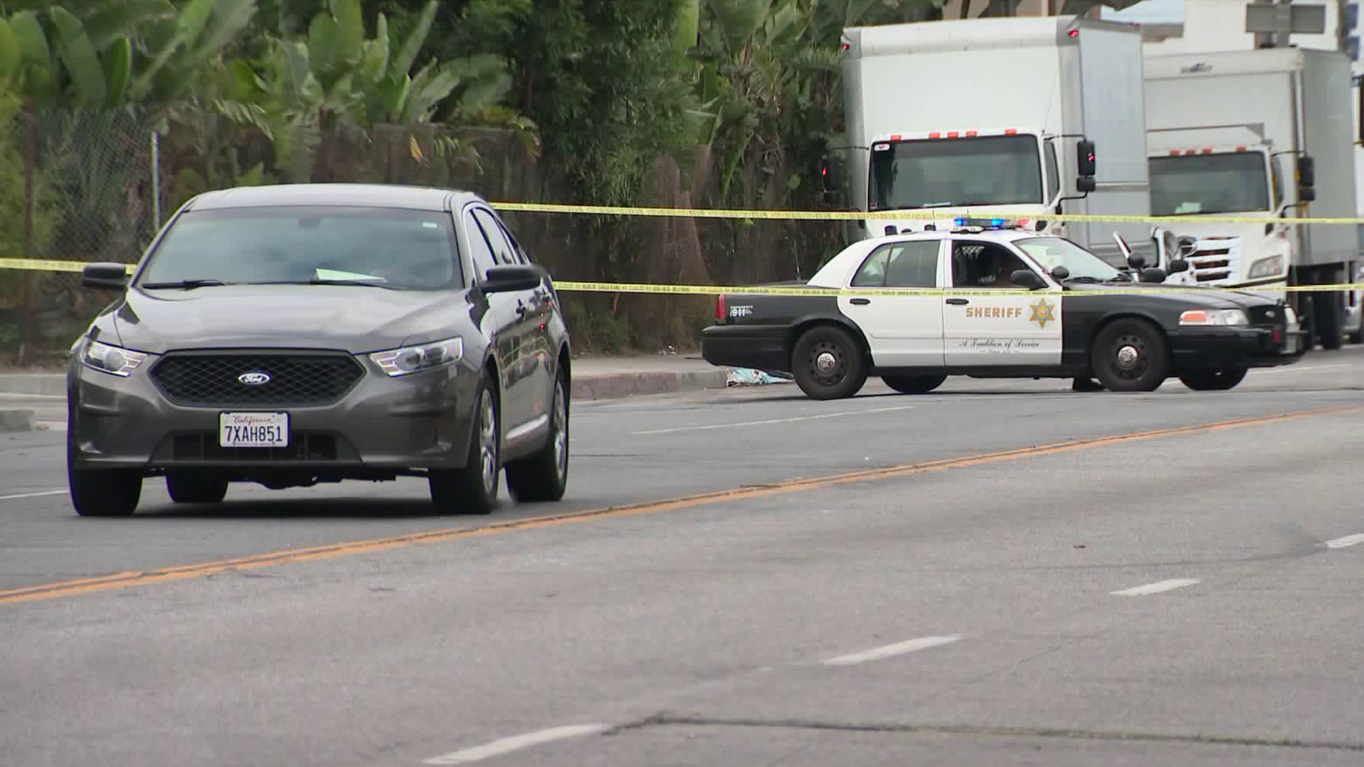 Deputies investigate a fatal shooting in the 9000 block of Compton Avenue in South Los Angeles on Aug. 17, 2019. (Credit: KTLA)