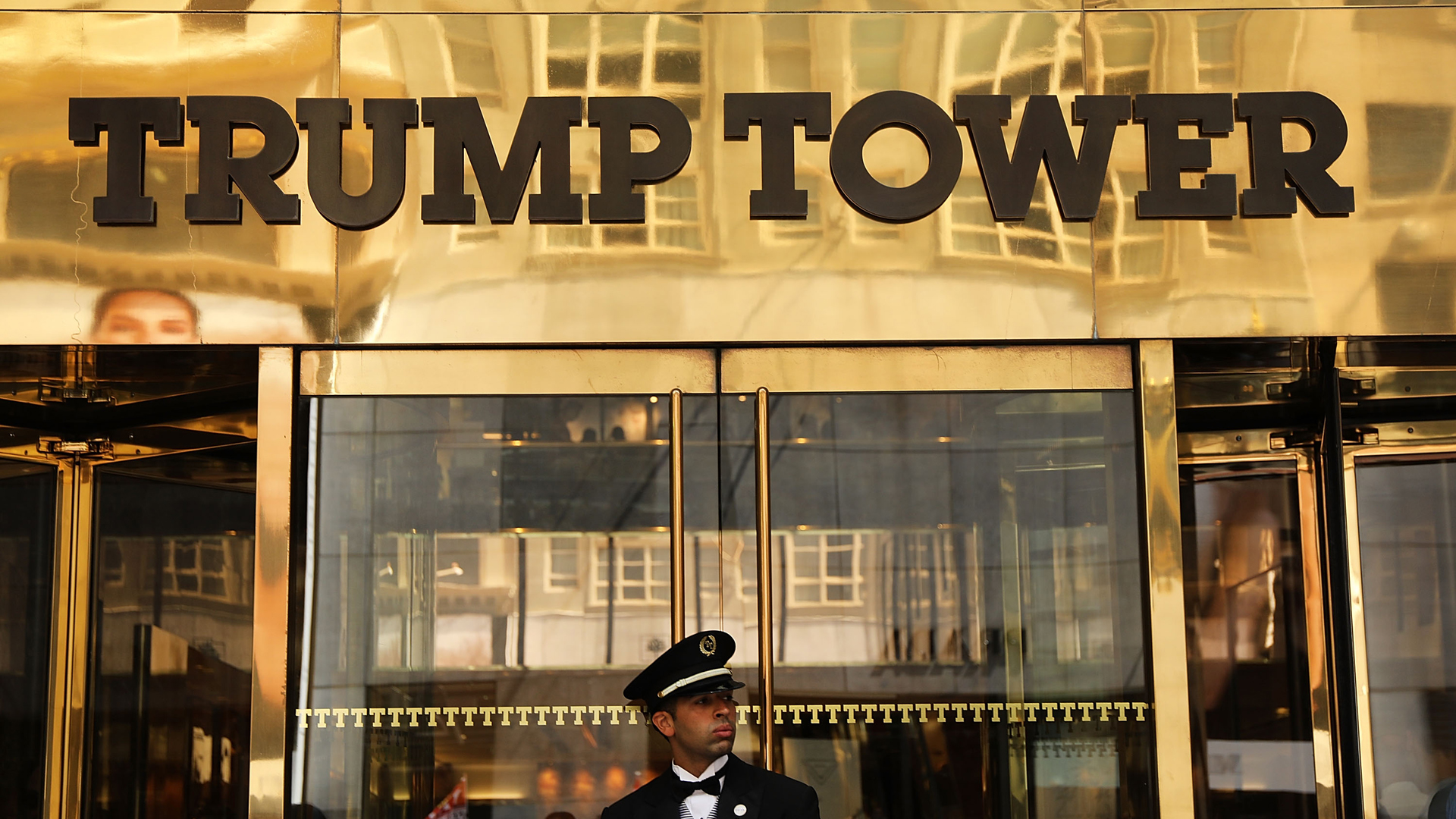 A guard stands outside of Trump Tower on Fifth Avenue on August 24, 2018 in New York City. (Credit: Spencer Platt/Getty Images)