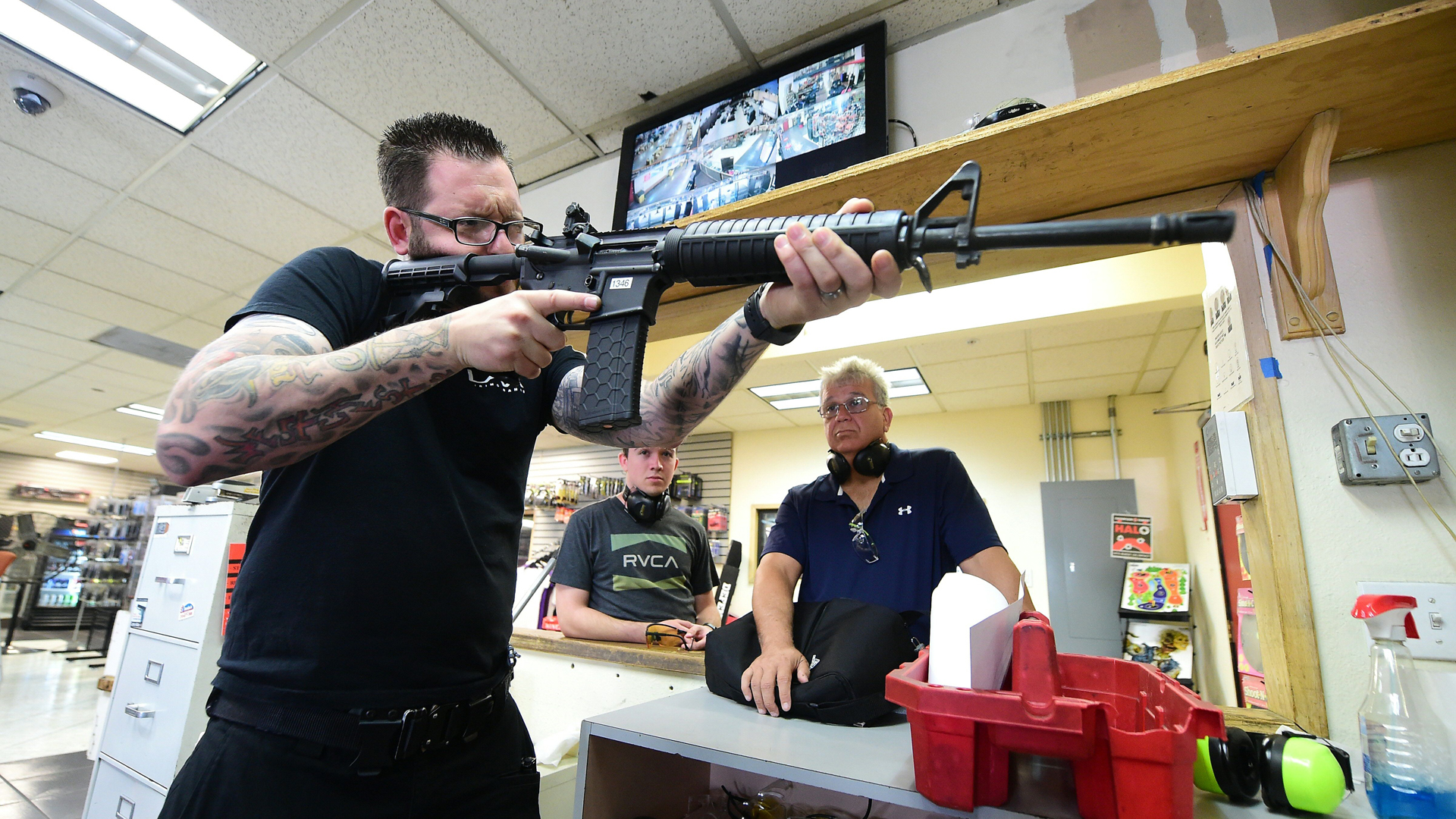 LAX Firing Range employee Tommy Bushnell demonstrates how to use an AR15 rifle to gun enthusiasts waiting to shoot at targets in Inglewood, California on September 7, 2016. (Credit: Frederic J. Brown/AFP/Getty Images)