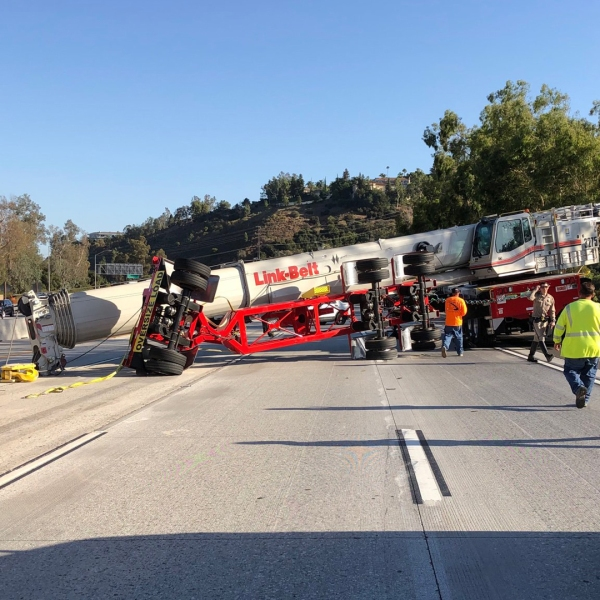 A crane toppled across eastbound traffic lanes of the 210 Freeway in La Canada Flintridge on Sept. 21, 2019. (Credit: @Luevano1 on Twitter)