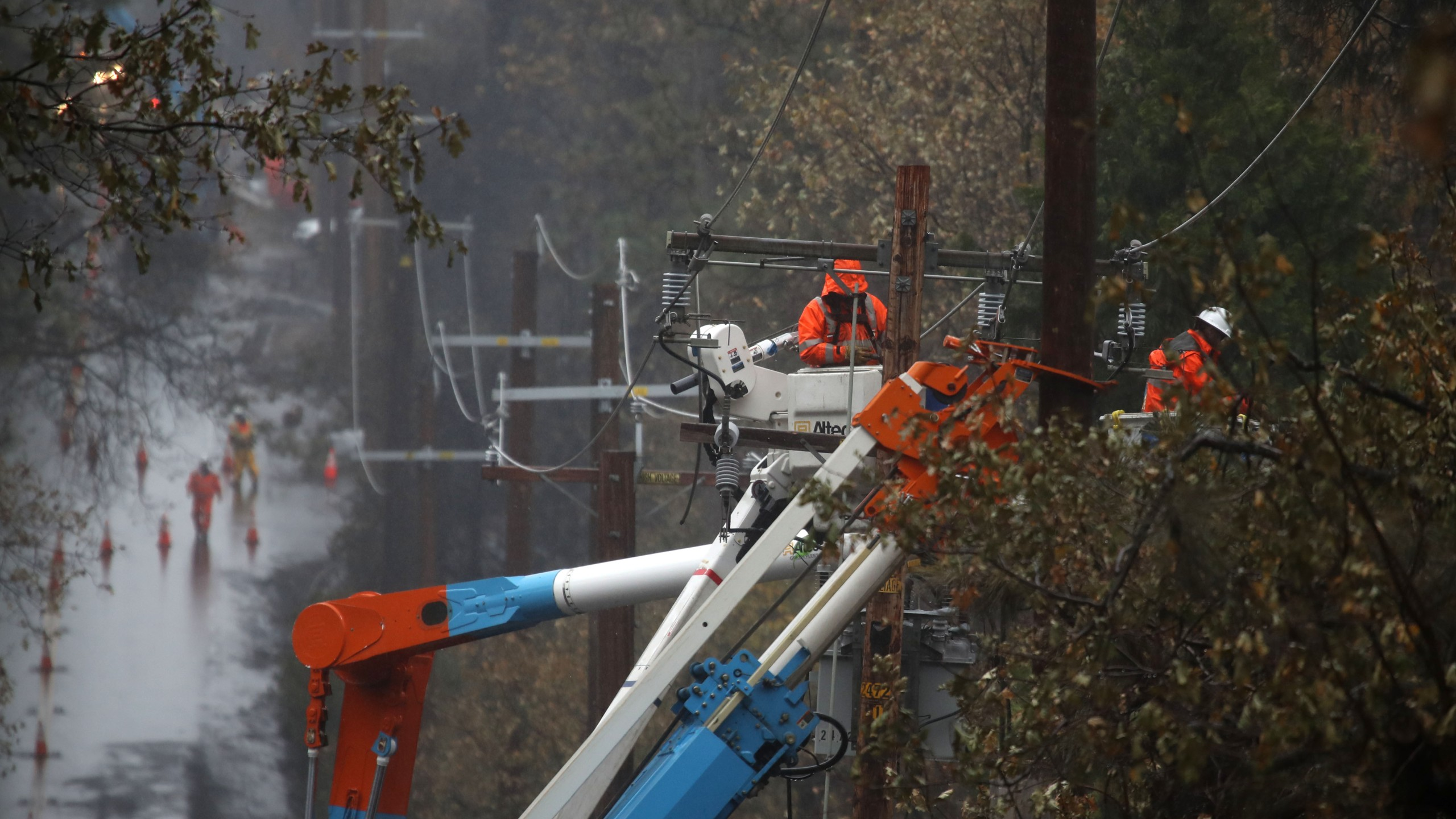 PG&E crews repair power lines that were destroyed by the Camp Fire on November 21, 2018 in Paradise.(Credit: Justin Sullivan/Getty Images)