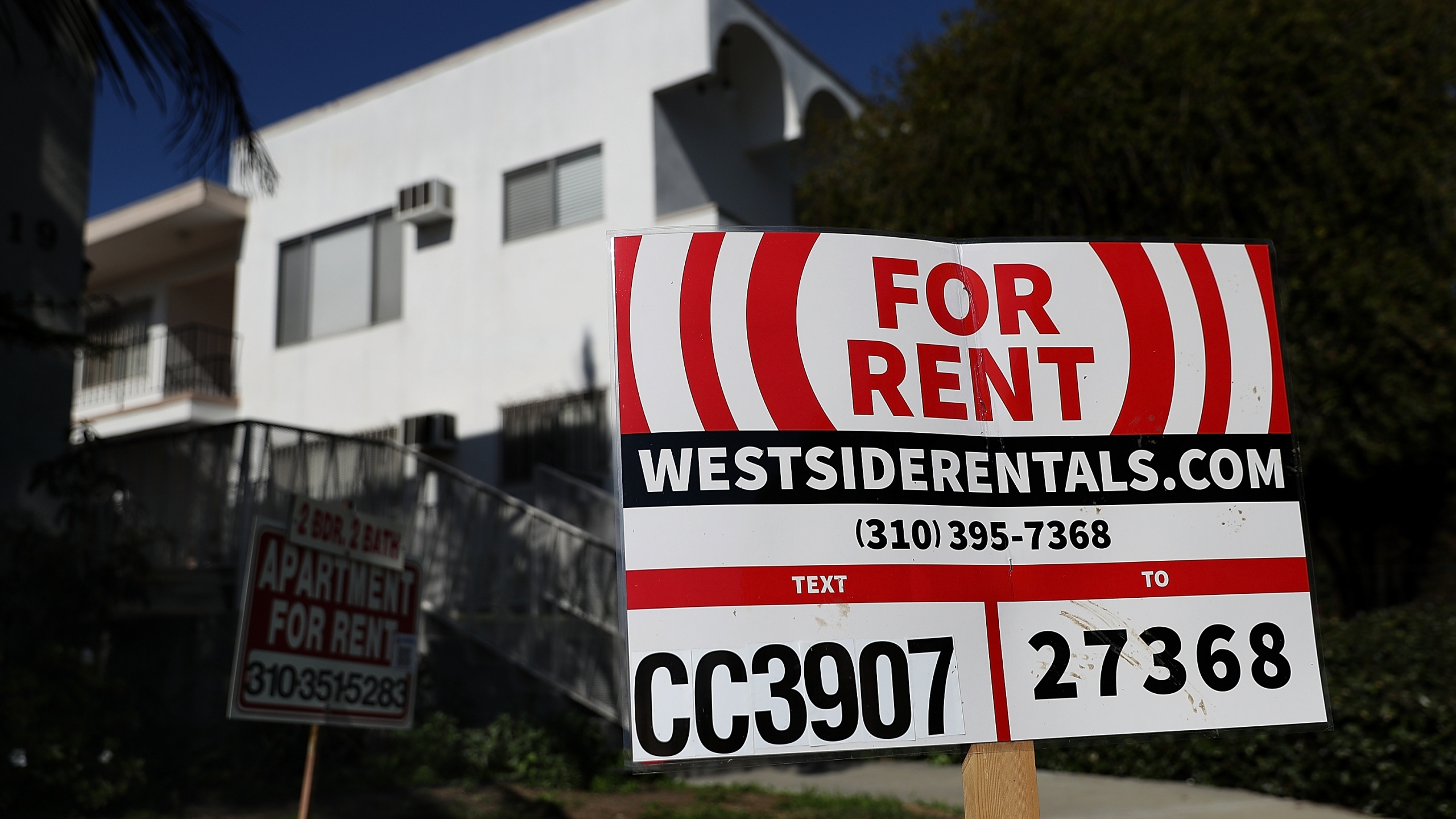 A for rent sign is posted in front of a Los Angeles apartment building on Feb. 1, 2017. (Justin Sullivan / Getty Images)
