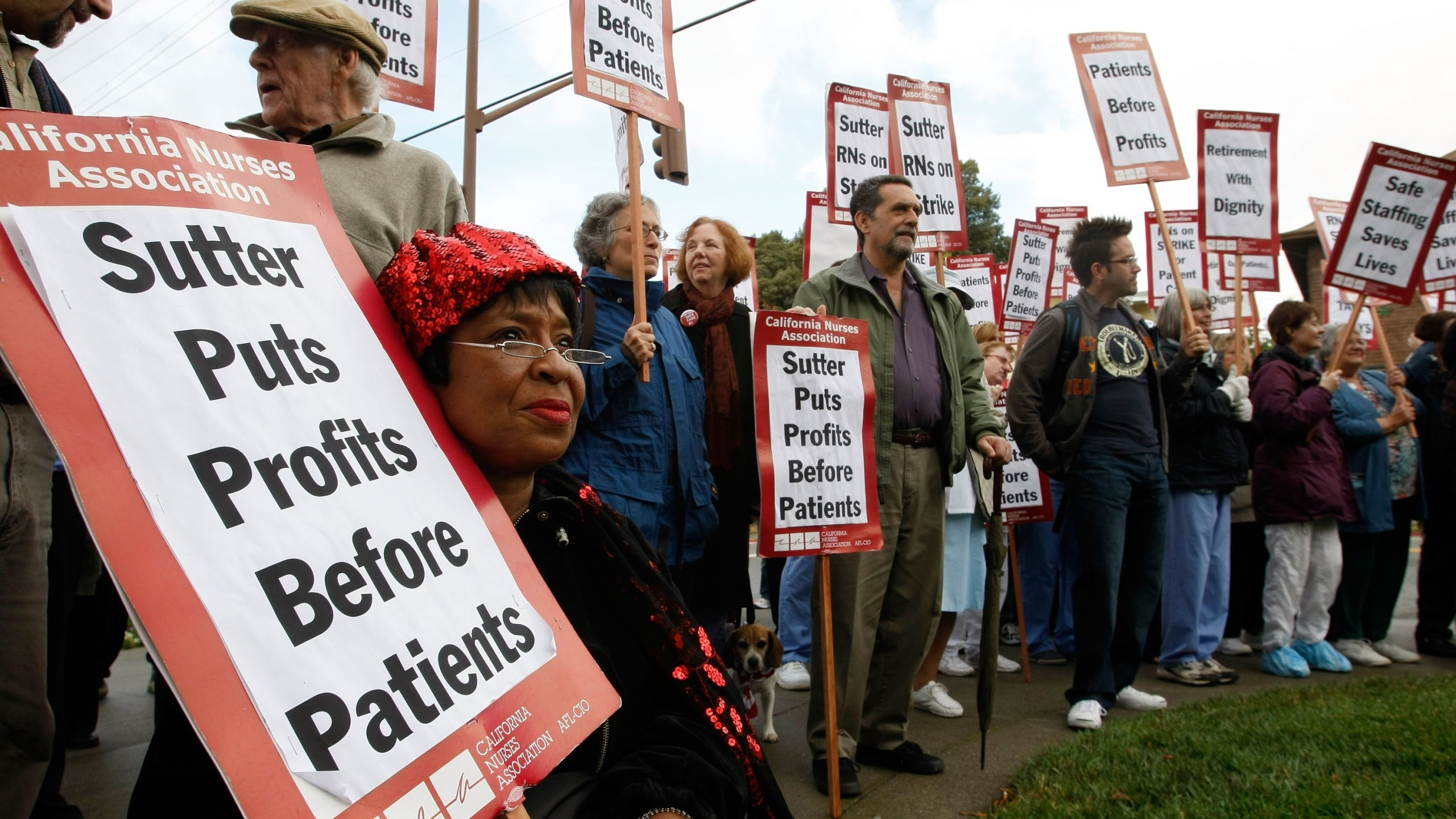 Nurses carry signs as they demonstrate against the Sutter Health network outside of Alta Bates Medical Center on Oct. 10, 2007, in Berkeley.(Credit: Justin Sullivan/Getty Images)