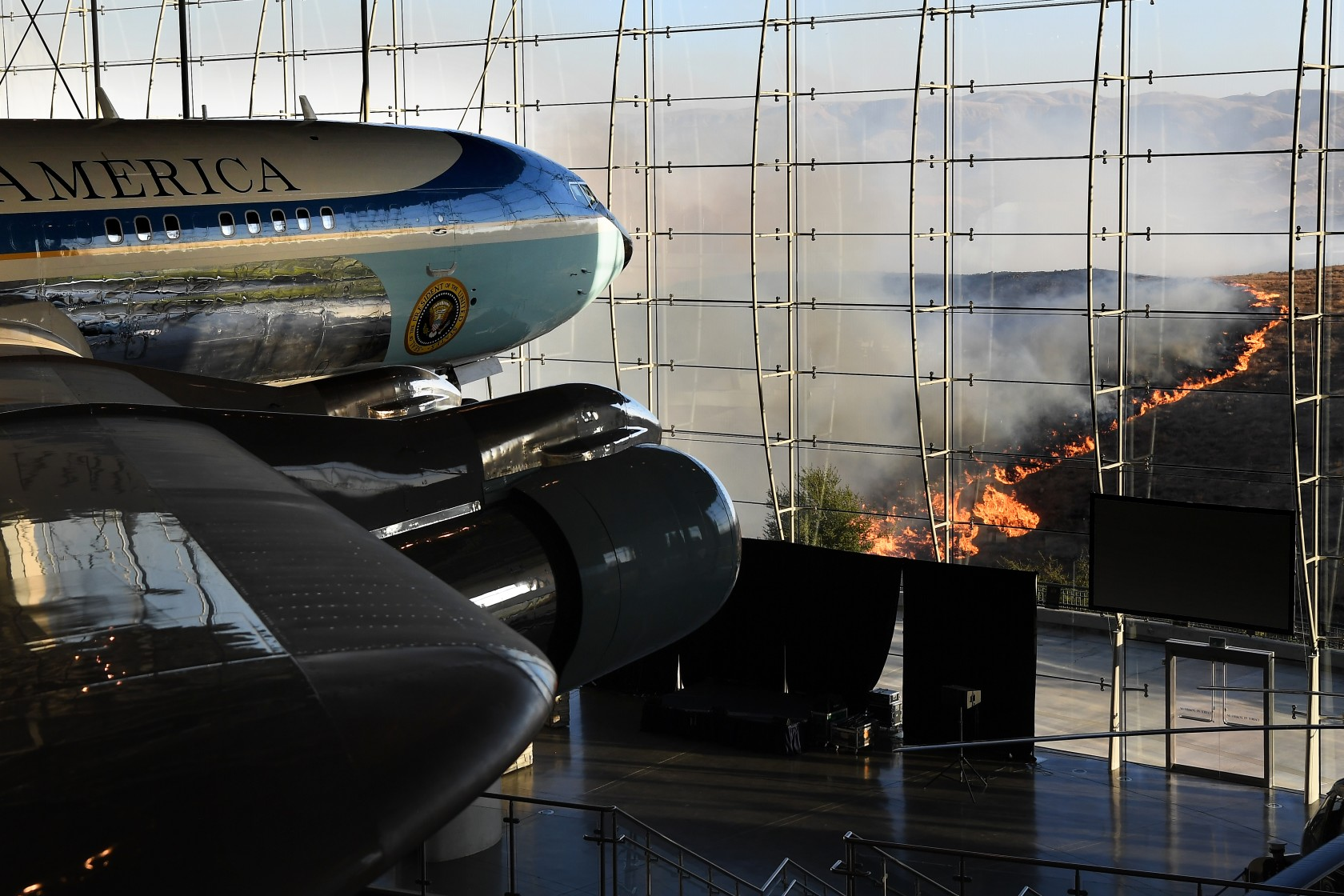 President Ronald Reagan's Air Force One sits on display at the Reagan Library as the Easy Fire burns nearby hills in Simi Valley on Oct. 30, 2019. (Credit: Wally Skalij / Los Angeles Times)