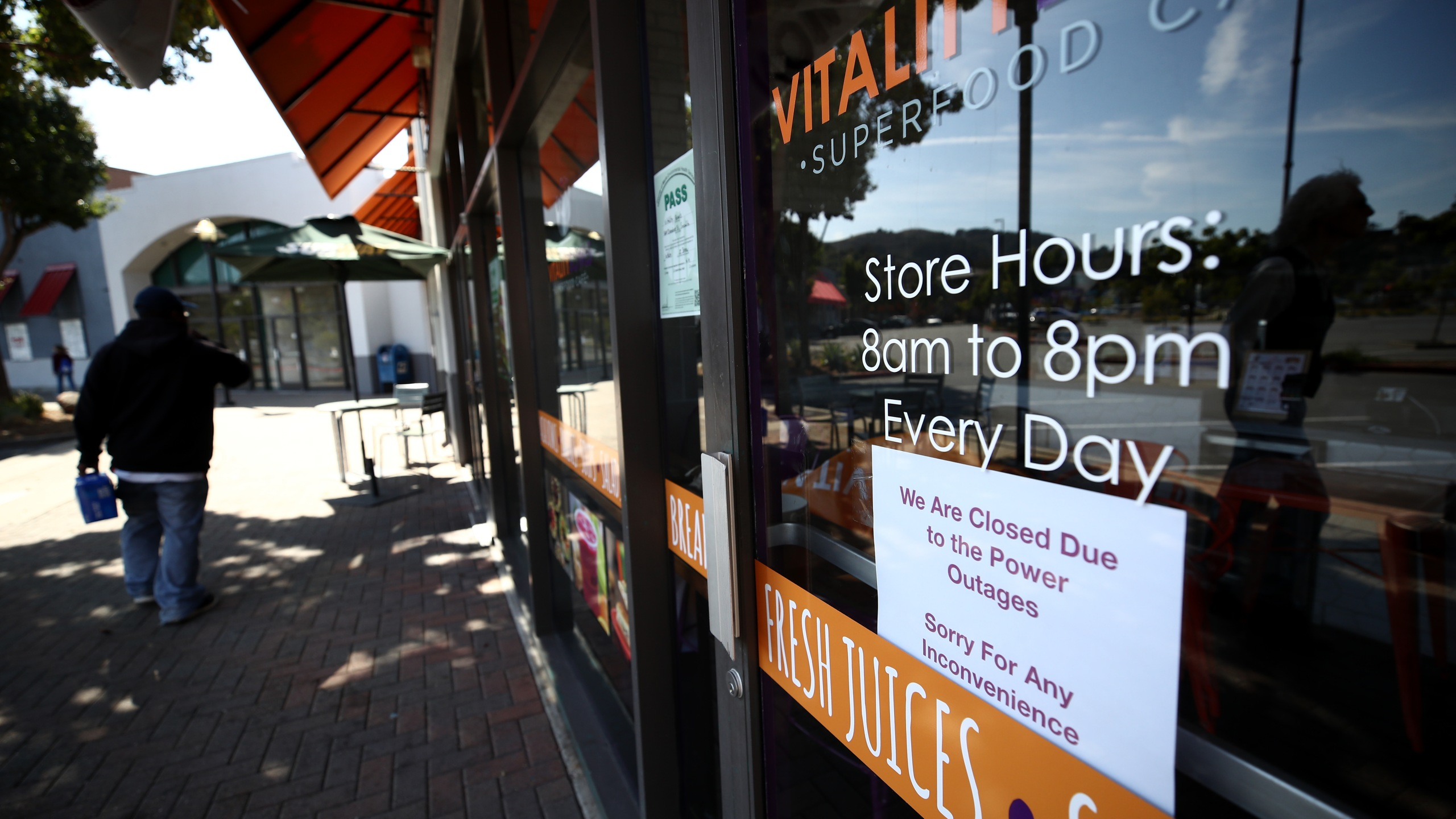 A sign posted on the door of Vitality Bowls cafe announces closure due to power outages on Oct. 10, 2019 in Marin City, California. (Credit: Ezra Shaw/Getty Images)