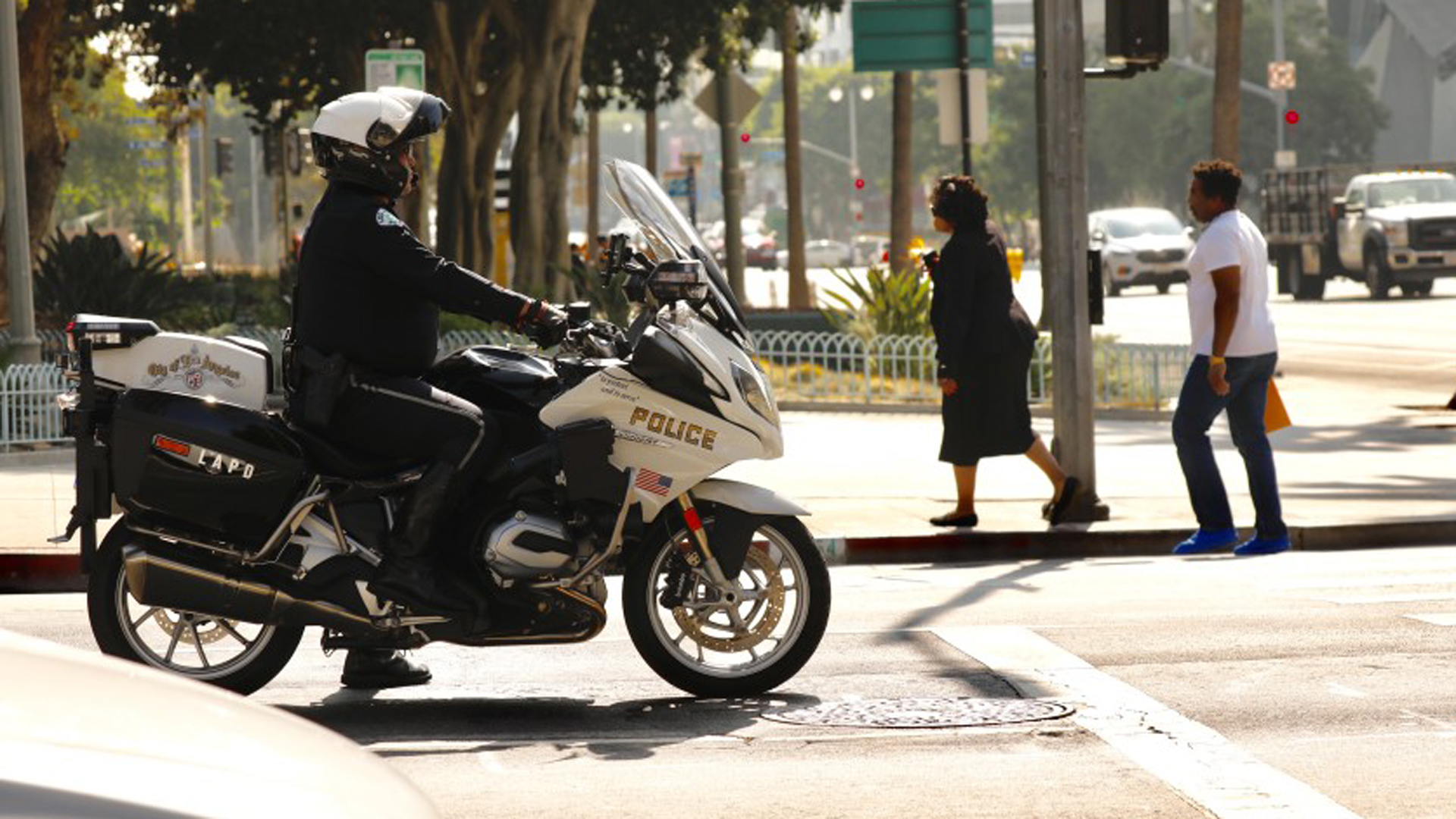 The LAPD has increased patrols each morning and afternoon in the Civic Center area after government employees raised concerns about safety entering and leaving work.(Credit: Al Seib / Los Angeles Times)