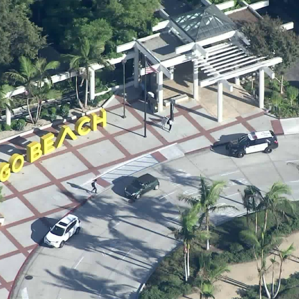 """Police respond to the Cal State Long Beach campus after the university received a """"credible threat"""" on Oct. 7, 2019. (Credit: KTLA)"""