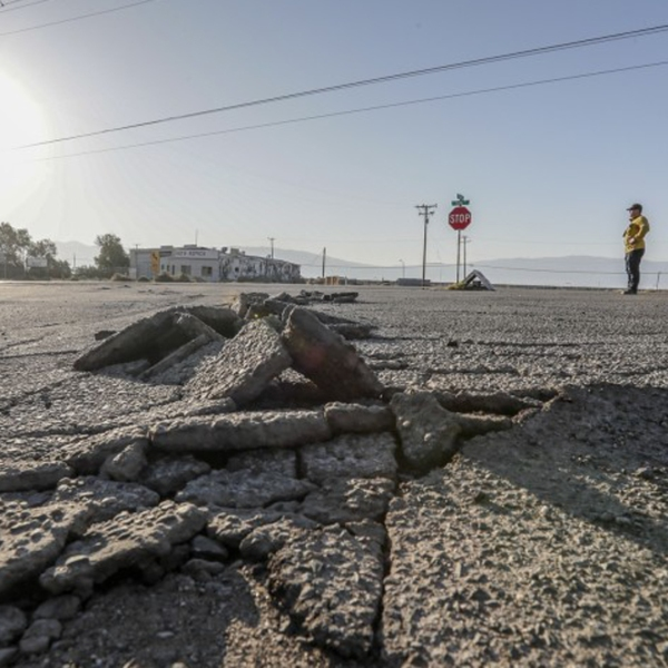 Buckled asphalt in a parking lot in Argus, after the Ridgecrest earthquakes in July.(Credit: Robert Gauthier / Los Angeles Times)