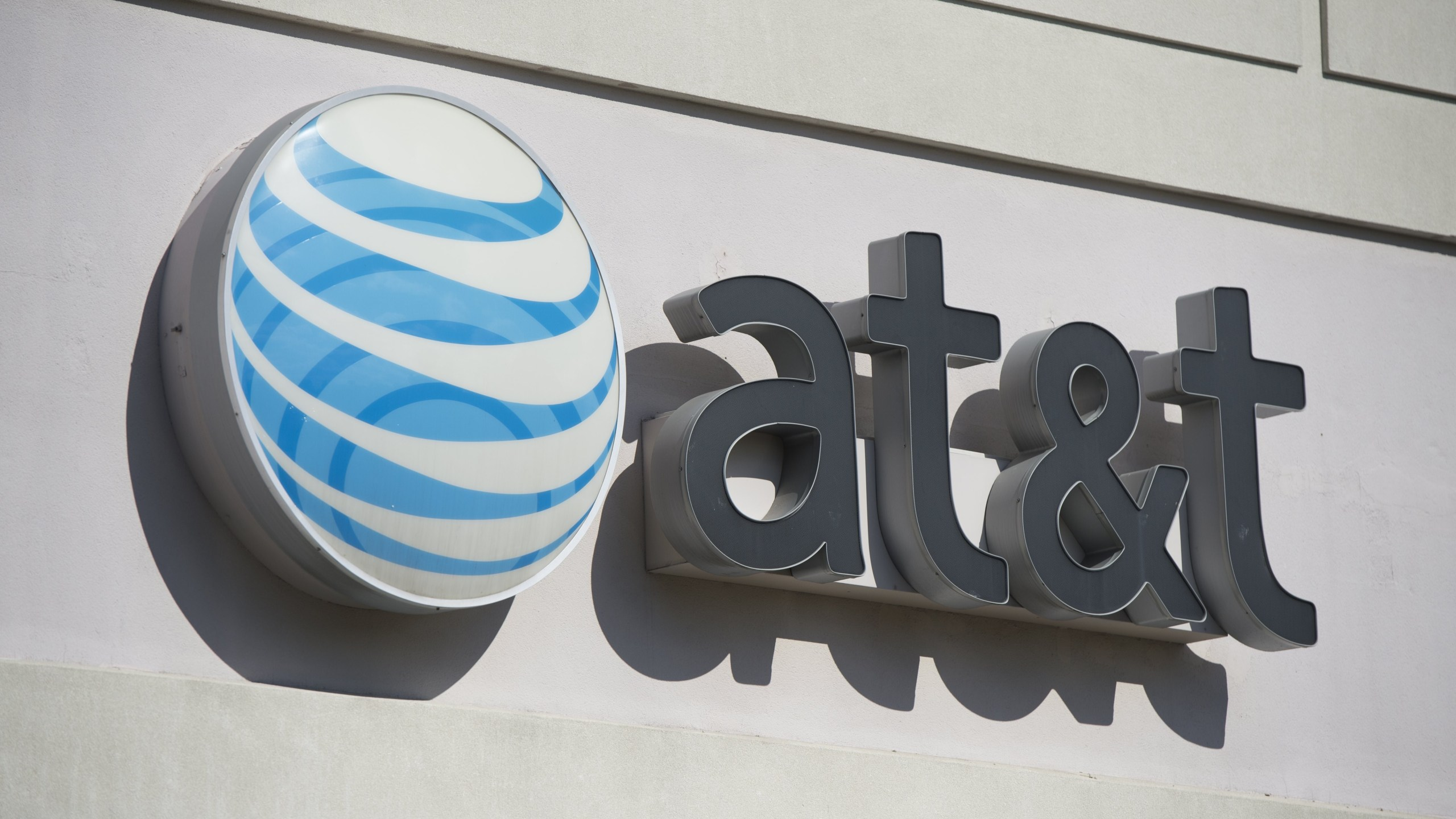 An AT&T store is seen in Springfield, Virginia, on Oct. 23, 2014. (Credit: SAUL LOEB/AFP via Getty Images)