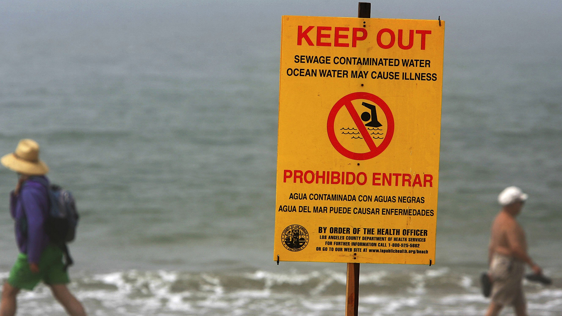 Warning signs keep beachgoers out of the water on Aug. 9, 2006, in Los Angeles County. (Credit: David McNew/Getty Images)