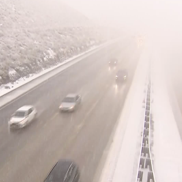 Snow falls on the 5 Freeway through the Grapevine on Nov. 27, 2019. (Credit: KTLA)