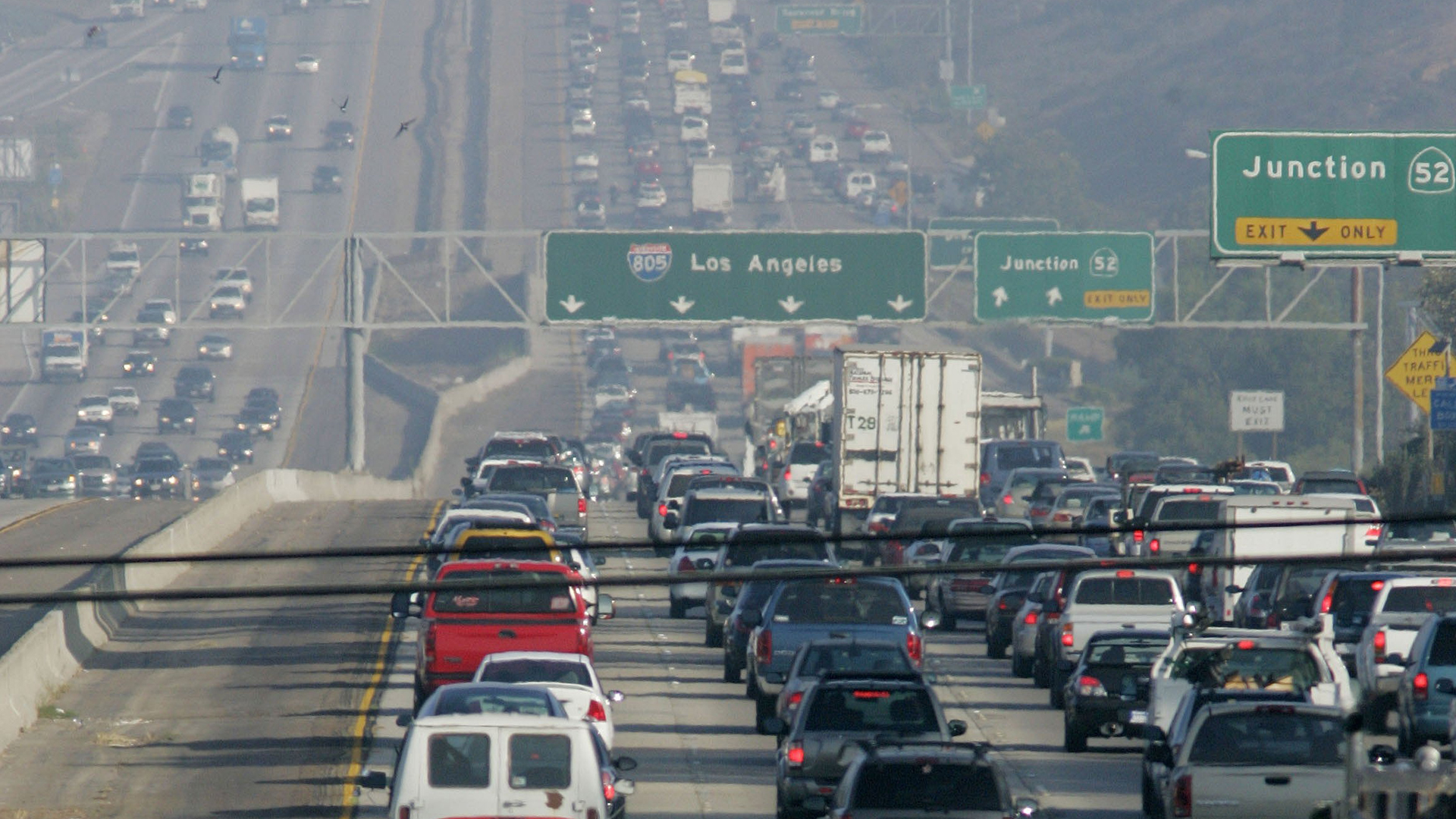 Rush-hour traffic lumbers along the I-5 Freeway on Aug. 31, 2006, in San Diego. (Credit: Sandy Huffaker/Getty Images)