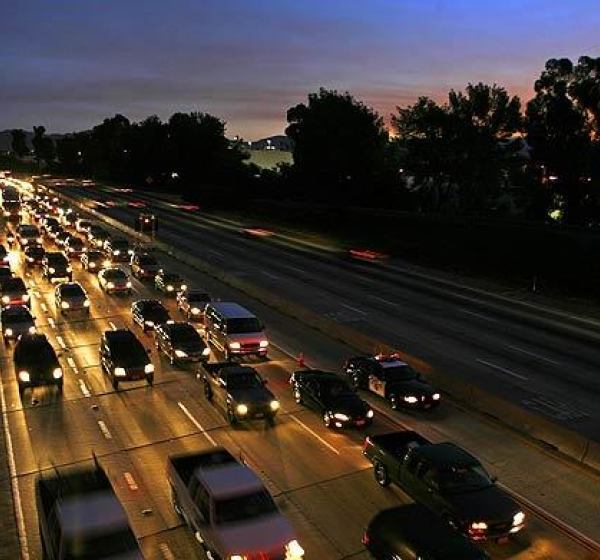 Early morning commuter traffic on the 405 Freeway backs up into the San Fernando Valley in this undated photo. (Credit: Brian van der Brug / Los Angeles Times)