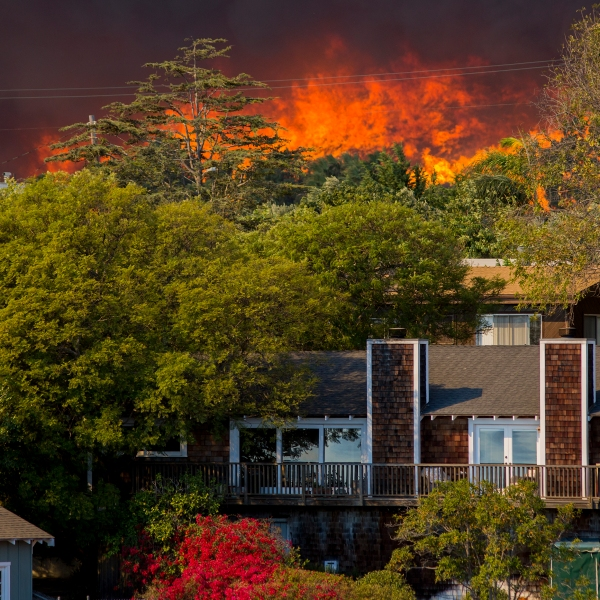The Woolsey Fire approaches homes on Nov. 9, 2018 in Malibu. (Credit: David McNew/Getty Images)