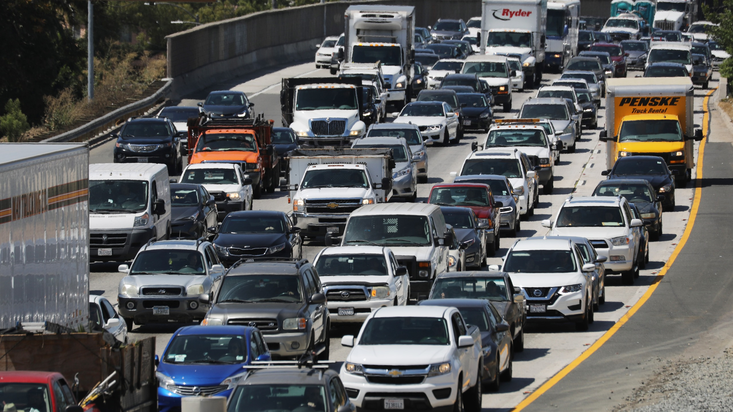 Drivers make their way on the US 101 freeway on August 30, 2019 in Los Angeles. (Credit: Mario Tama/Getty Images)