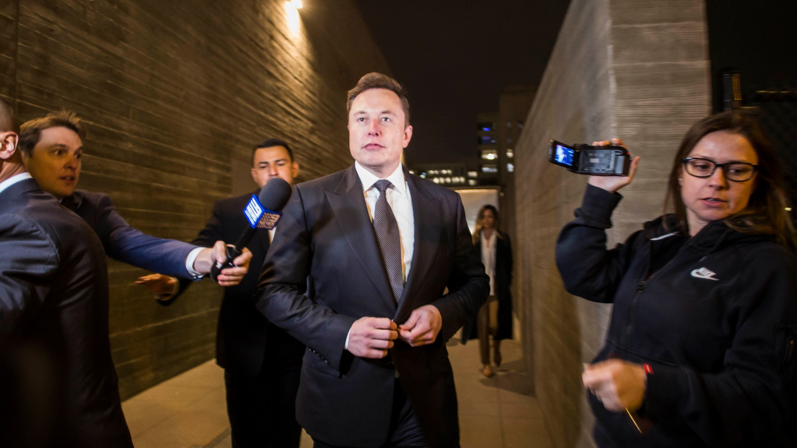 Elon Musk leaves a federal courthouse in Los Angeles through a back door on Dec. 3, 2019. (Credit: Apu Gomes / Getty Images)