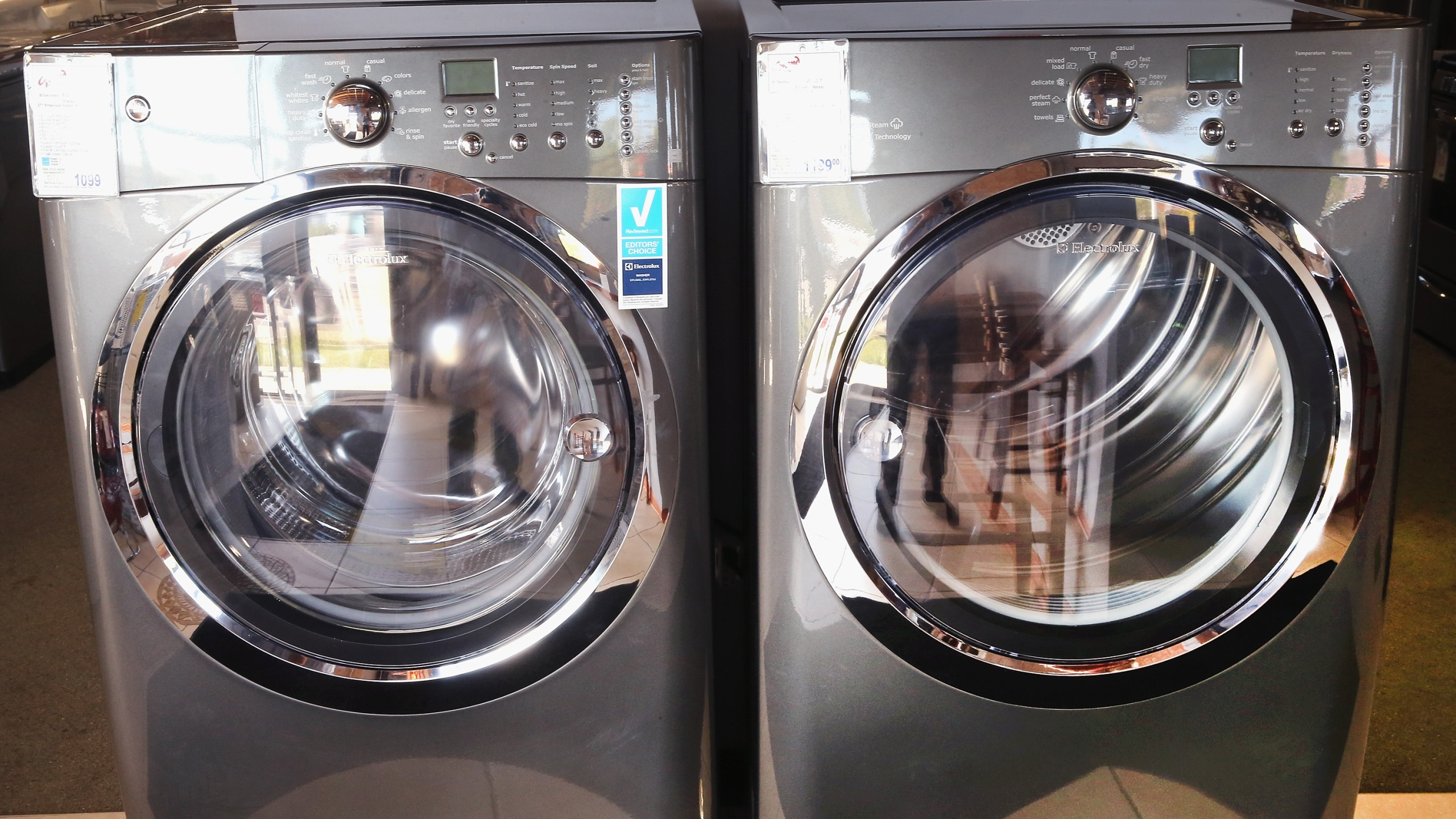 This file photo shows a washer and dryer at an appliance store on Sept. 8, 2014, in Chicago, Illinois. (Credit: Scott Olson/Getty Images)