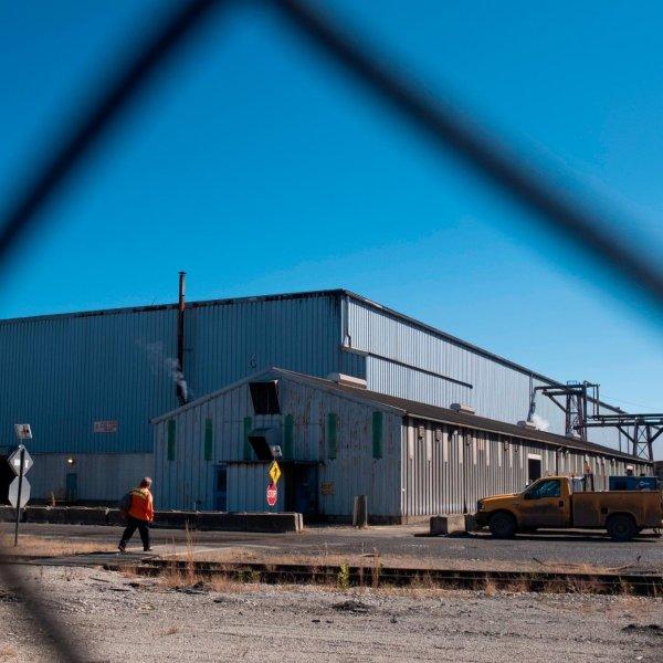 Employee Brenda Deborde makes her way into the AK Steel plan in Ashland, Kentucky, on Sept. 28, 2018. (Credit: Matthew Hatcher for the Washington Post / Getty Images)