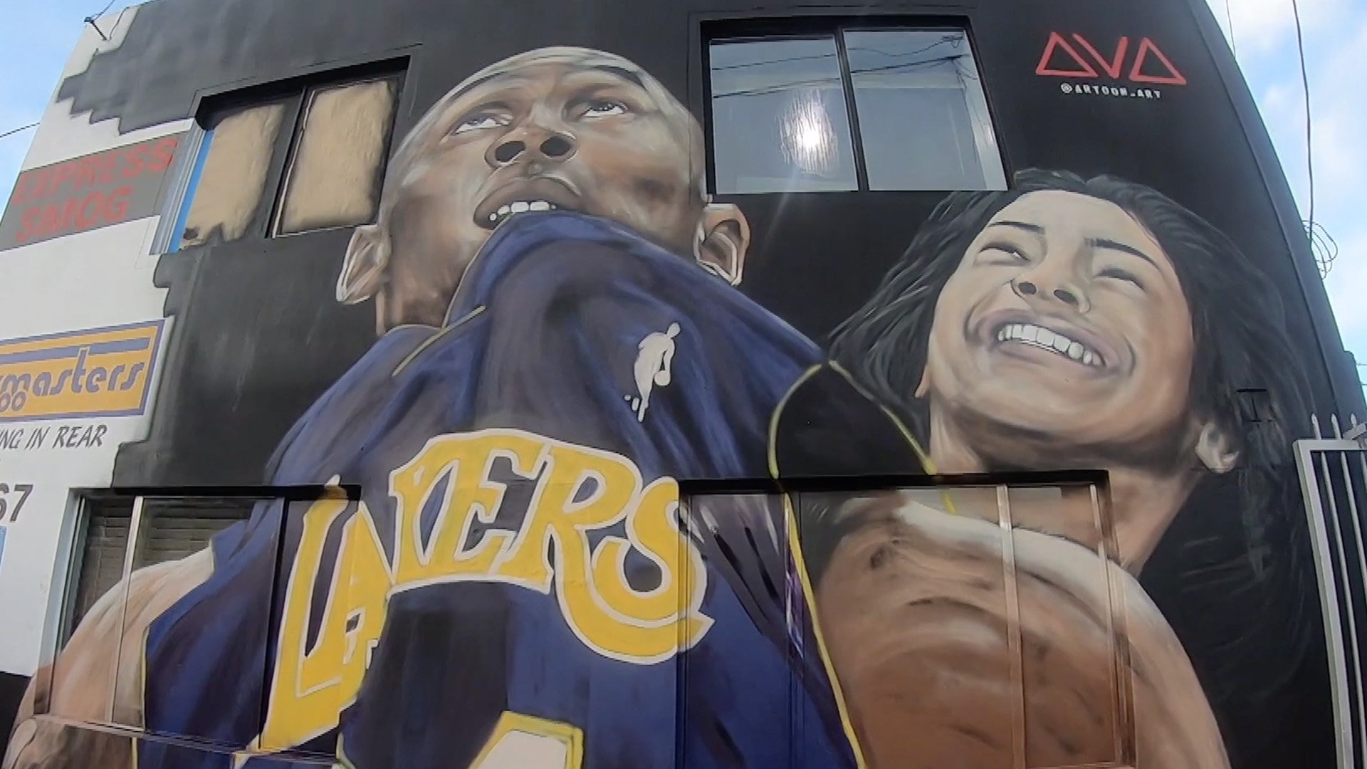 Artist Art Gozukuchikyan painted a mural of Kobe Bryant and his daughter Gianna on Jan. 26, 2020 in Studio City. (Credit: KTLA)