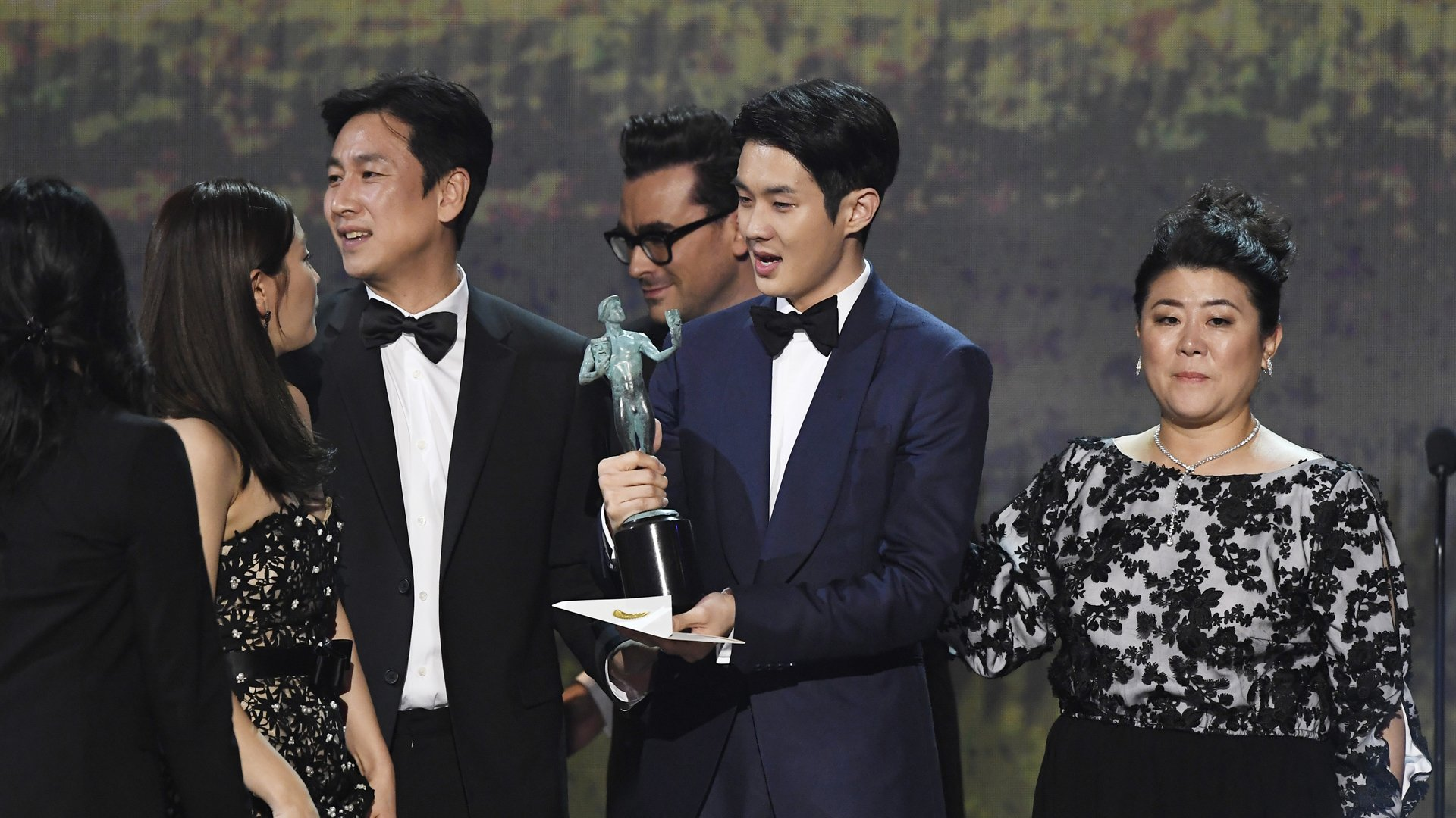 (L-R) Cho Yeo-jeong, Choi Woo-shik, Lee Sun Gyun, and Chang Hyae-jin accept Outstanding Performance by a Cast in a Motion Picture for 'Parasite' onstage during the 26th Annual Screen ActorsGuild Awards at The Shrine Auditorium on January 19, 2020 in Los Angeles, California. 721359 (Credit: Kevork Djansezian/Getty Images for Turner)