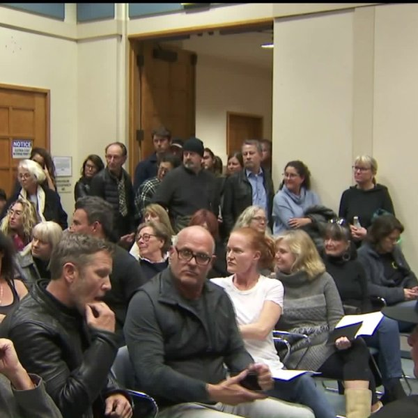 Residents discuss homelessness-related issues during a meeting in Venice on Jan. 16, 2020. (Credit: KTLA)