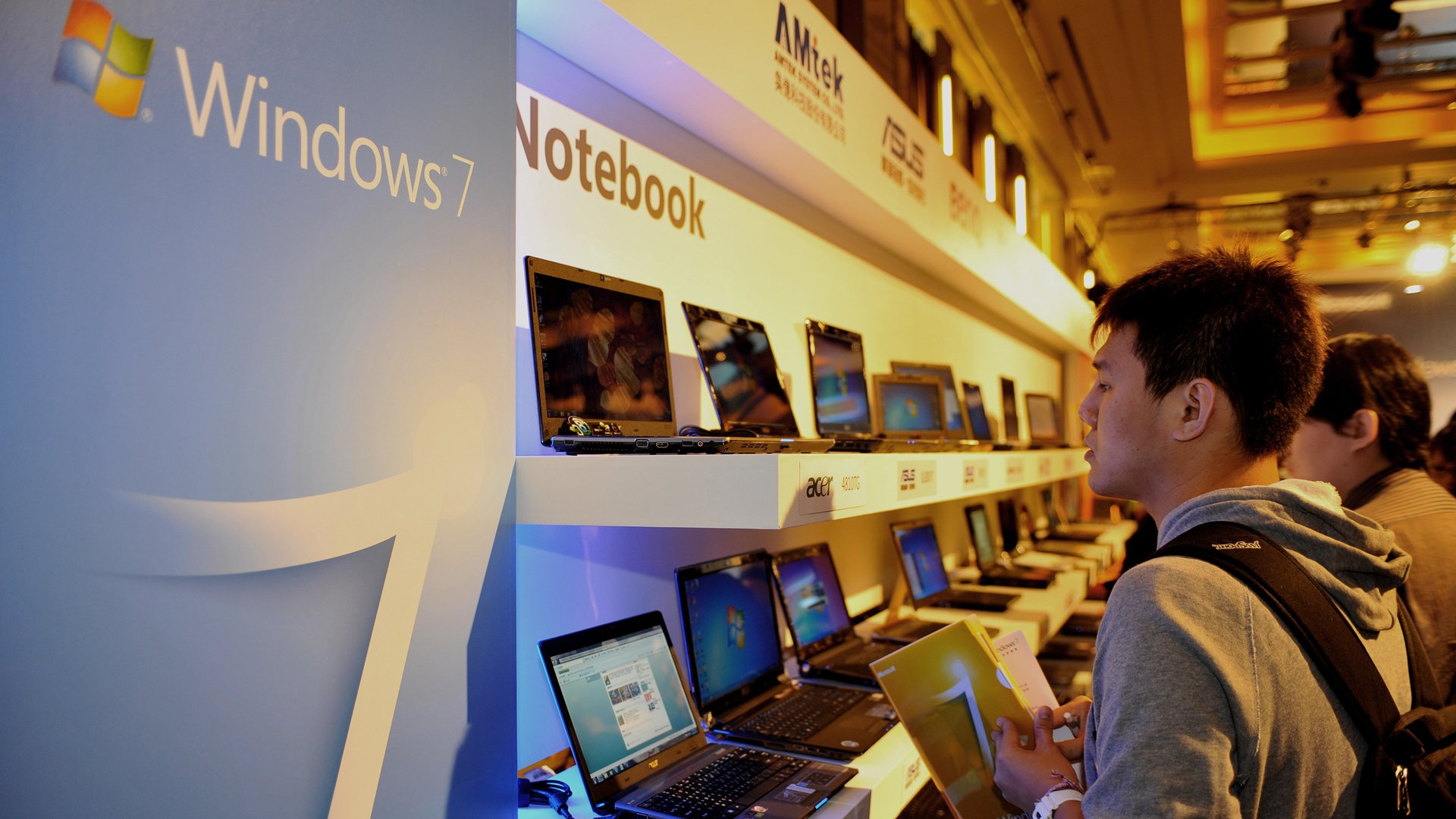 A man looks at laptops featuring the Windows 7 operation system during a launch party in Taipei on October 23, 2009. (Credit: Sam Yeh/AFP/Getty Images)