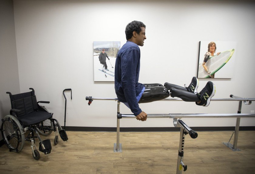 Obi Ndefo tests his new high-tech prosthetic legs at the Hanger Clinic in Los Angeles in this undated photo.(Credit: Francine Orr / Los Angeles Times)